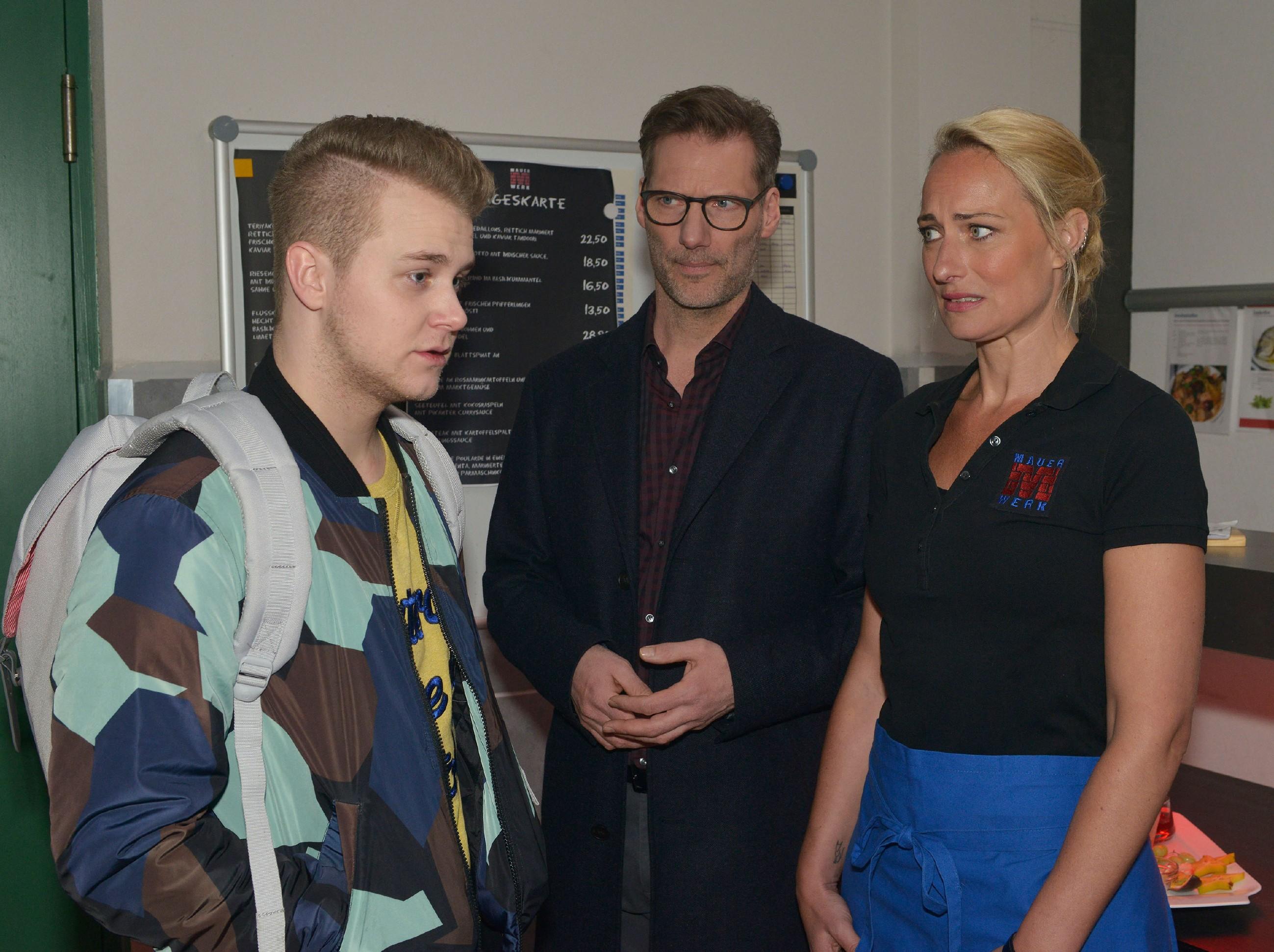Alexander (Clemens Löhr, M.) und Maren (Eva Mona Rodekirchen) können gut verstehen, dass Jonas (Felix van Deventer) vor der Abiklausur ziemlich nervös ist. (Quelle: RTL / Rolf Baumgartner)