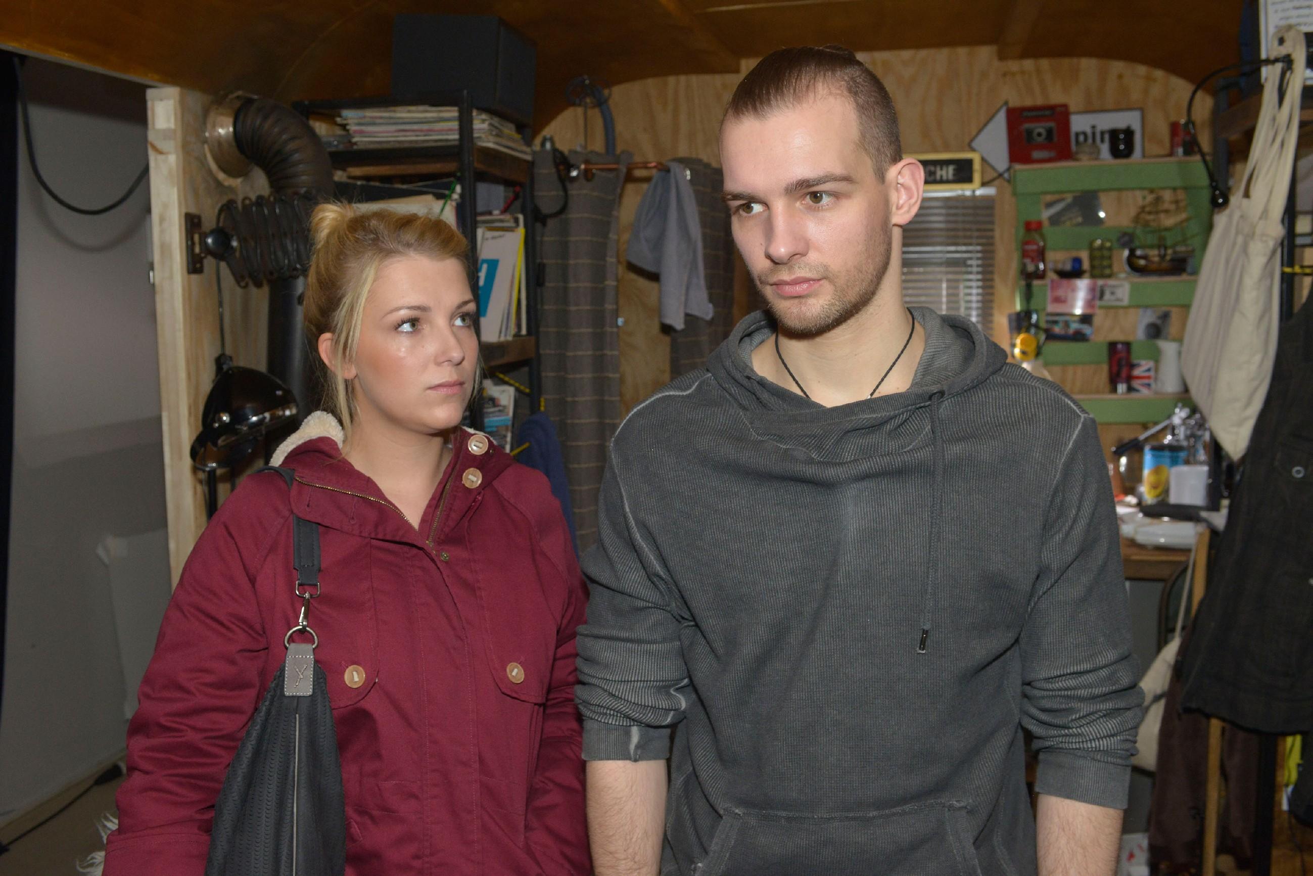 Chris (Eric Stehfest) erklärt Lilly (Iris Mareike Steen), dass er sich auf keinen Fall schuldig bekennen will. (Quelle: RTL / Rolf Baumgartner)