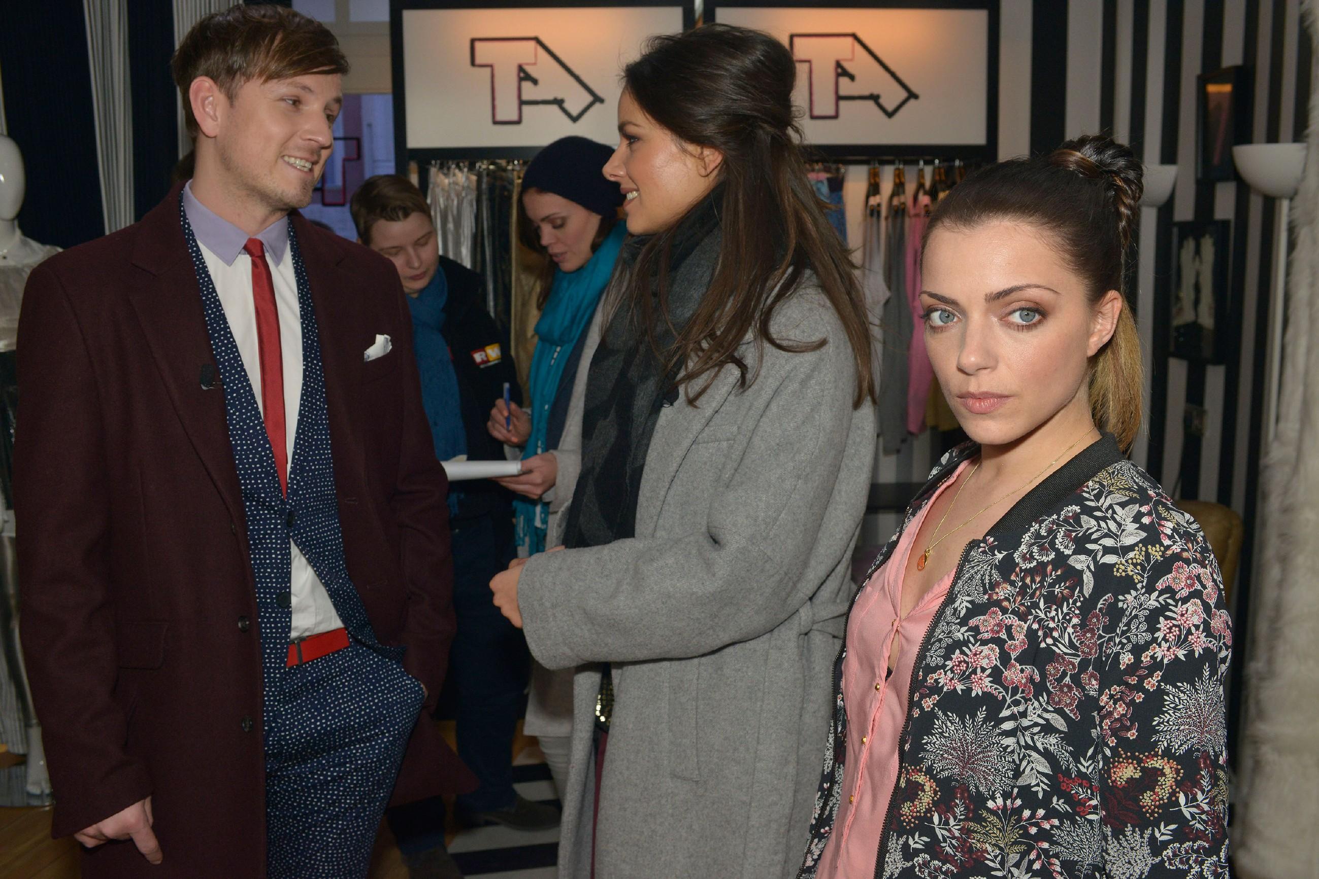 Trotz des Streits mit Emily (Anne Menden, r.) versucht Jasmin (Janina Uhse) bei der TV-Produktion mit Moderator Florian Strauß (Martin Tietjen) professionell zu bleiben. (Quelle: RTL / Rolf Baumgartner)