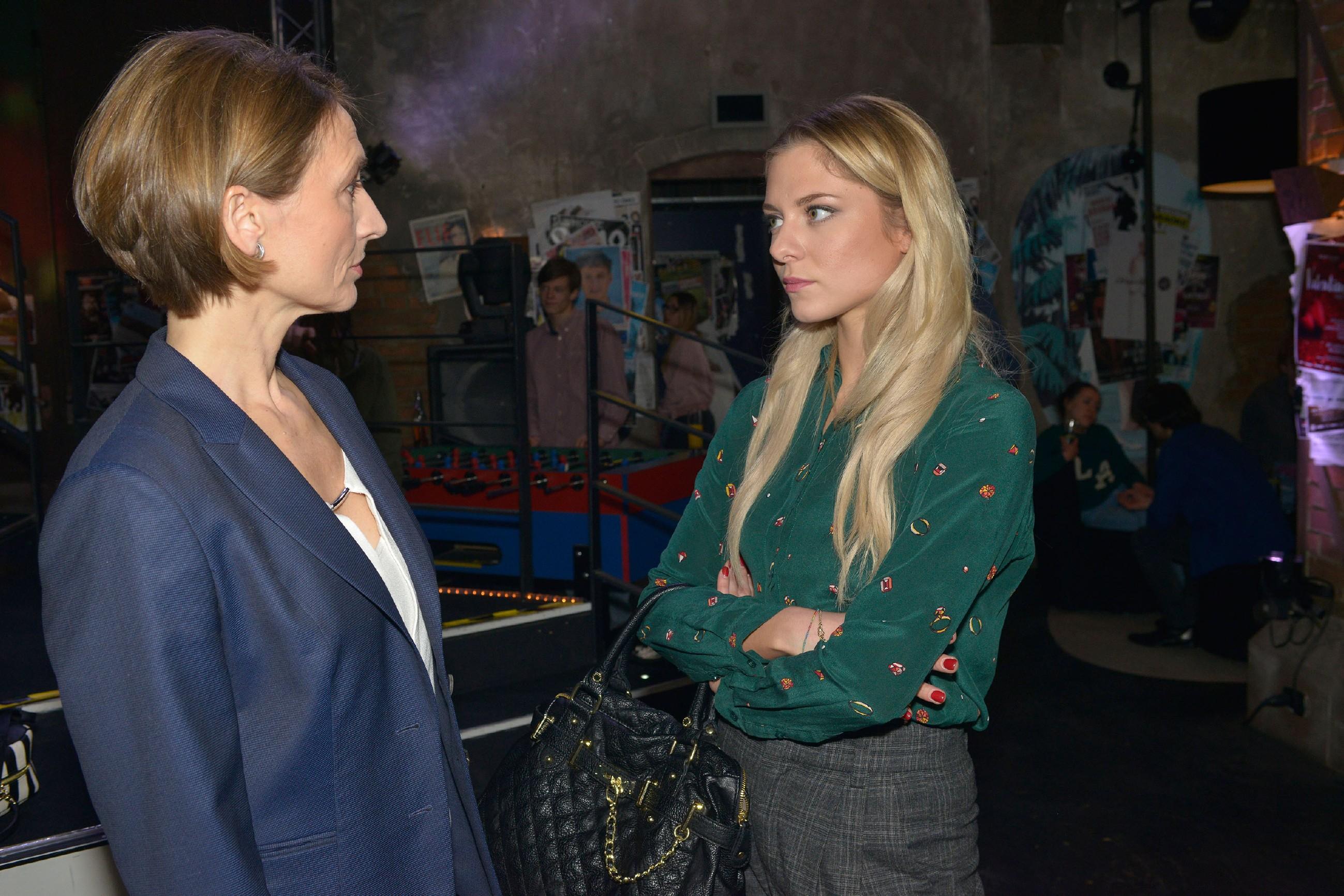 Rosa (Joana Schümer, l.) wird durch Sunny (Valentina Pahde), die sich von Chris belästigt fühlt, in ihrer Loyalität zu Chris verunsichert. (Quelle: RTL / Rolf Baumgartner)