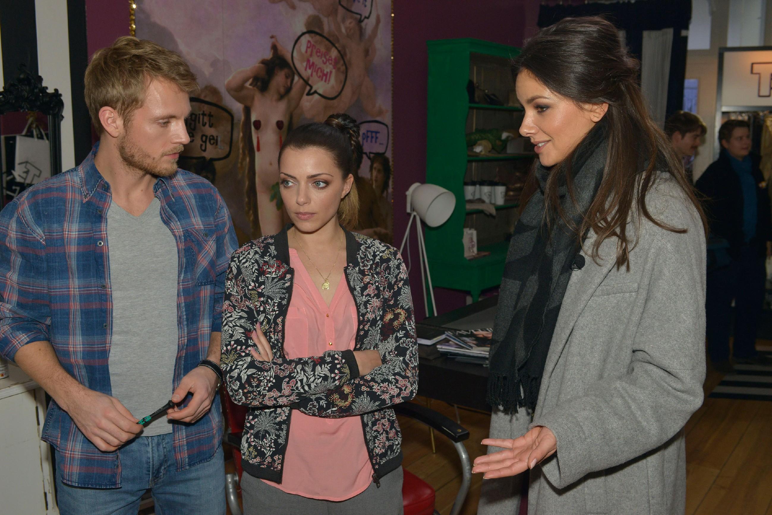 Emily (Anne Menden, M.) ist getroffen, als sich Paul (Niklas Osterloh) in der Diskussion auf die Seite von Jasmin (Janina Uhse) stellt. (Quelle: RTL / Rolf Baumgartner)