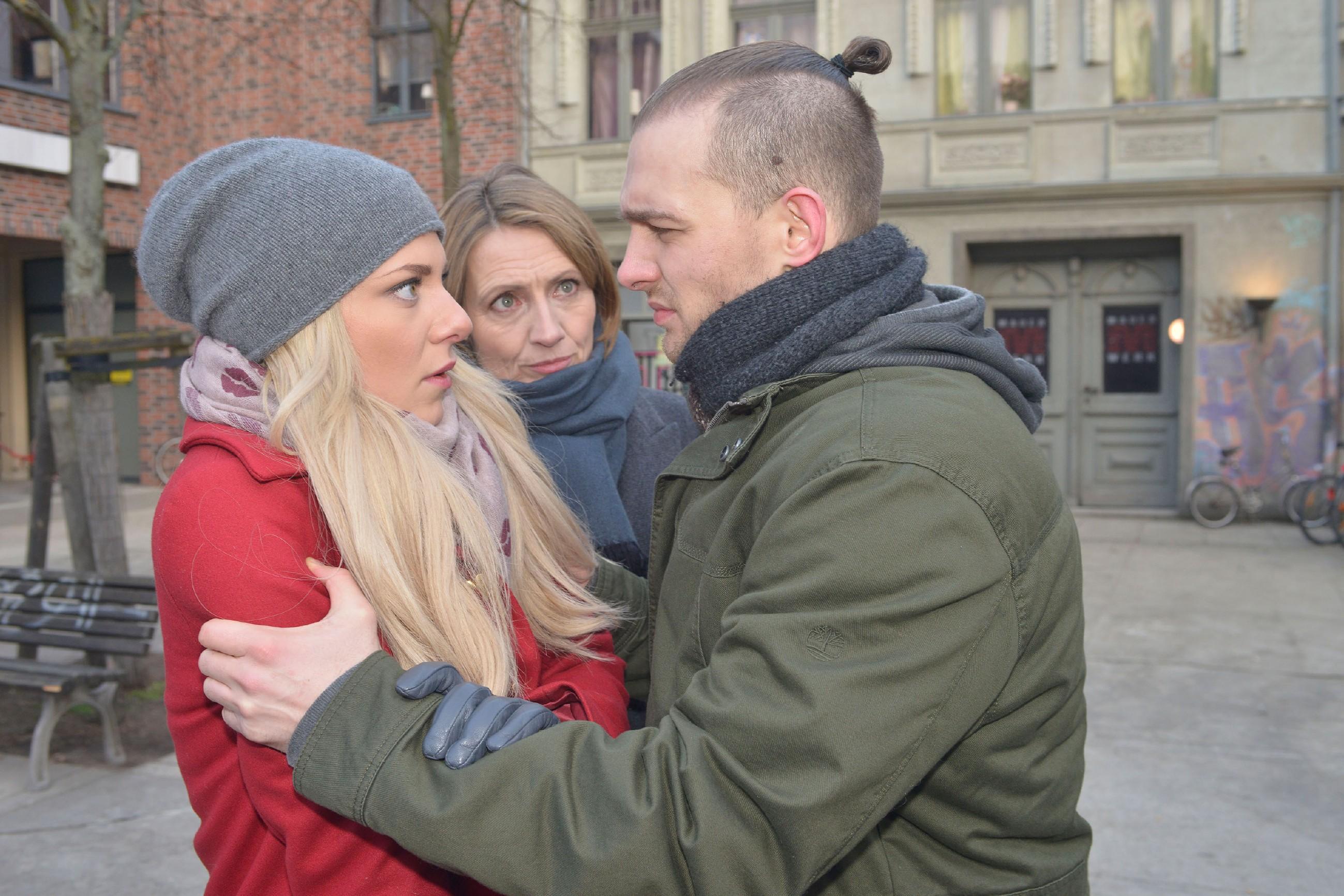 Als Chris (Eric Stehfest) in seiner Ohnmacht Sunny (Valentina Pahde, l.) in einem letzten Versuch zu einer Aussprache zwingen will, befeuert er unfreiwillig Rosas (Joana Schümer) Zerrissenheit... (Quelle: RTL / Rolf Baumgartner)