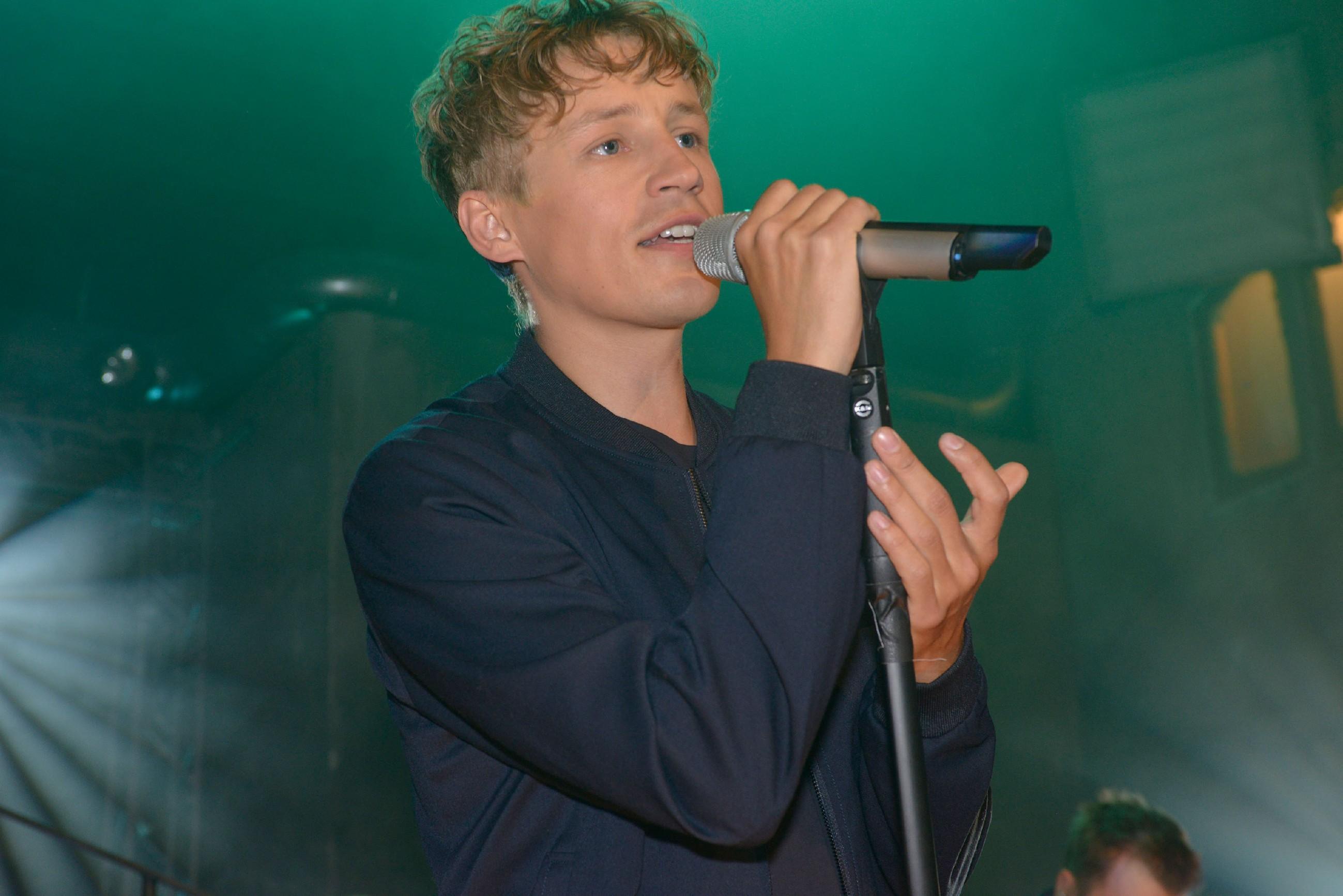 Der erfolgreiche Singer-Songwriter Tim Bendzko gibt ein Konzert im Mauerwerk. (Quelle: RTL / Rolf Baumgartner)