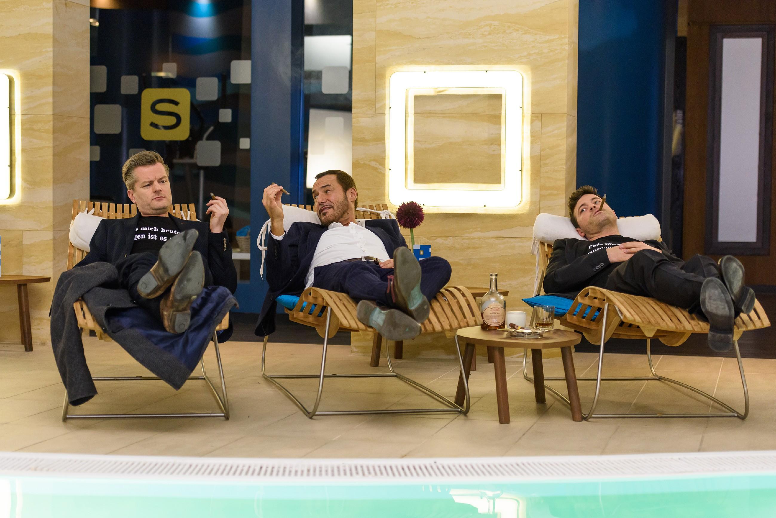Richard (Silvan-Pierre Leirich, M.) wünscht Ingo (André Dietz, l.) und Ben (Jörg Rohde), dass sie mit ihren Partnerinnen glücklich werden. (Quelle: RTL / Julia Feldhagen)