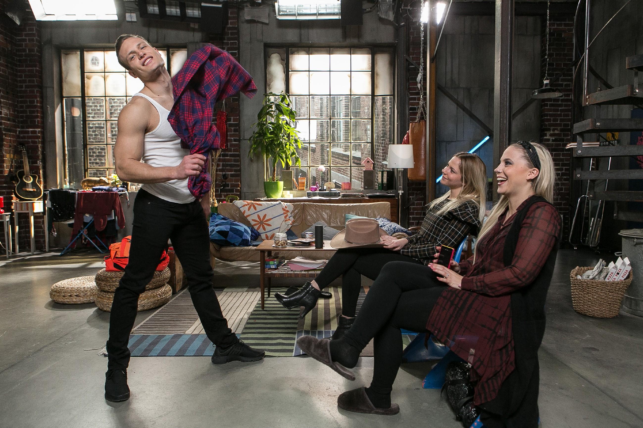 Als Tim (Robert Maaser) vor Marie (Cheyenne Pahde) und Iva (Christina Klein, r.) einen Probestrip hinlegt, muss Marie sich eingestehen, dass sie sich in Tim verknallt hat... (Quelle: RTL / Kai Schulz)