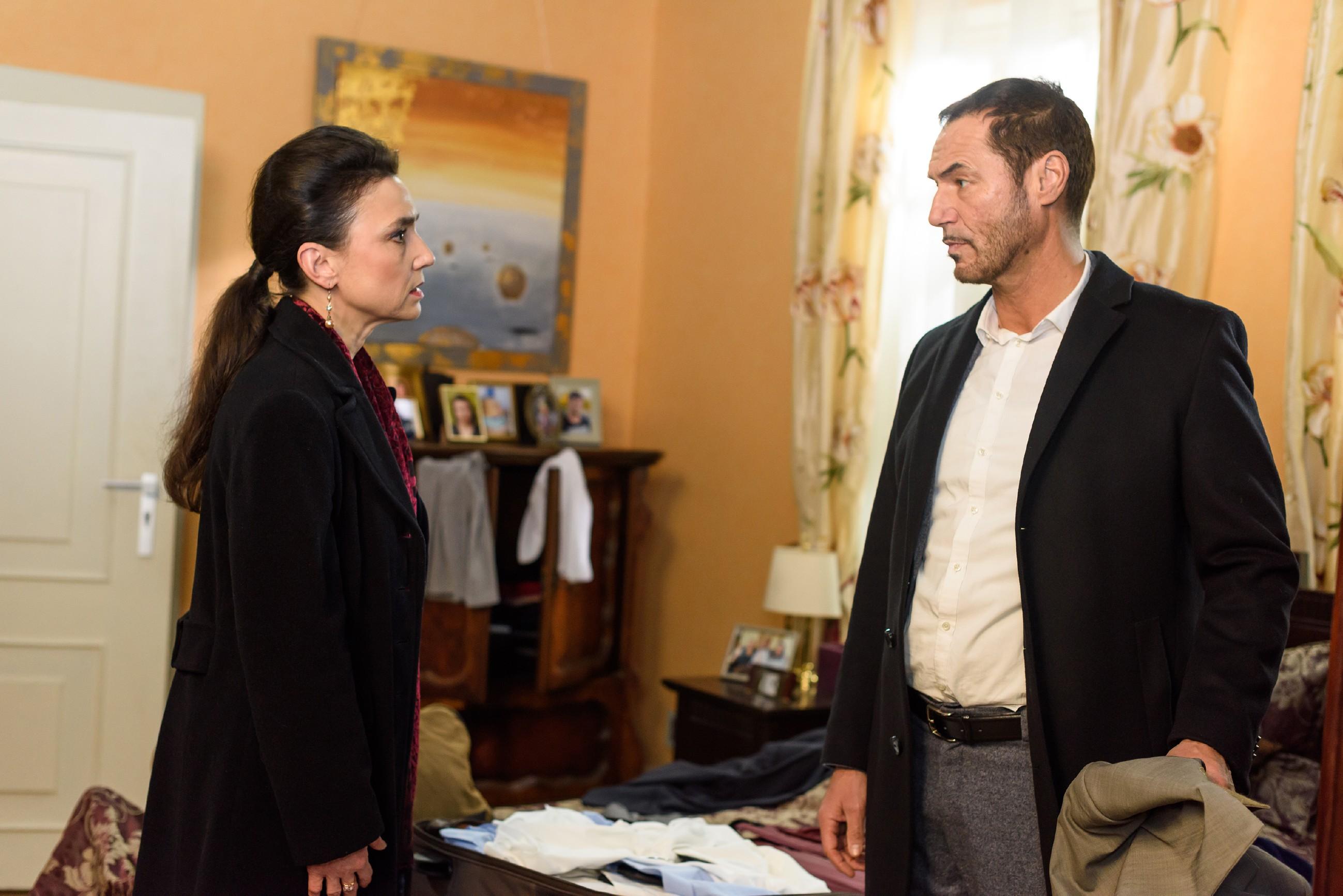 Richard (Silvan-Pierre Leirich) macht Simone (Tatjana Clasing) klar, dass zwischen ihnen alles gesagt ist. (Quelle: RTL / Julia Feldhagen)