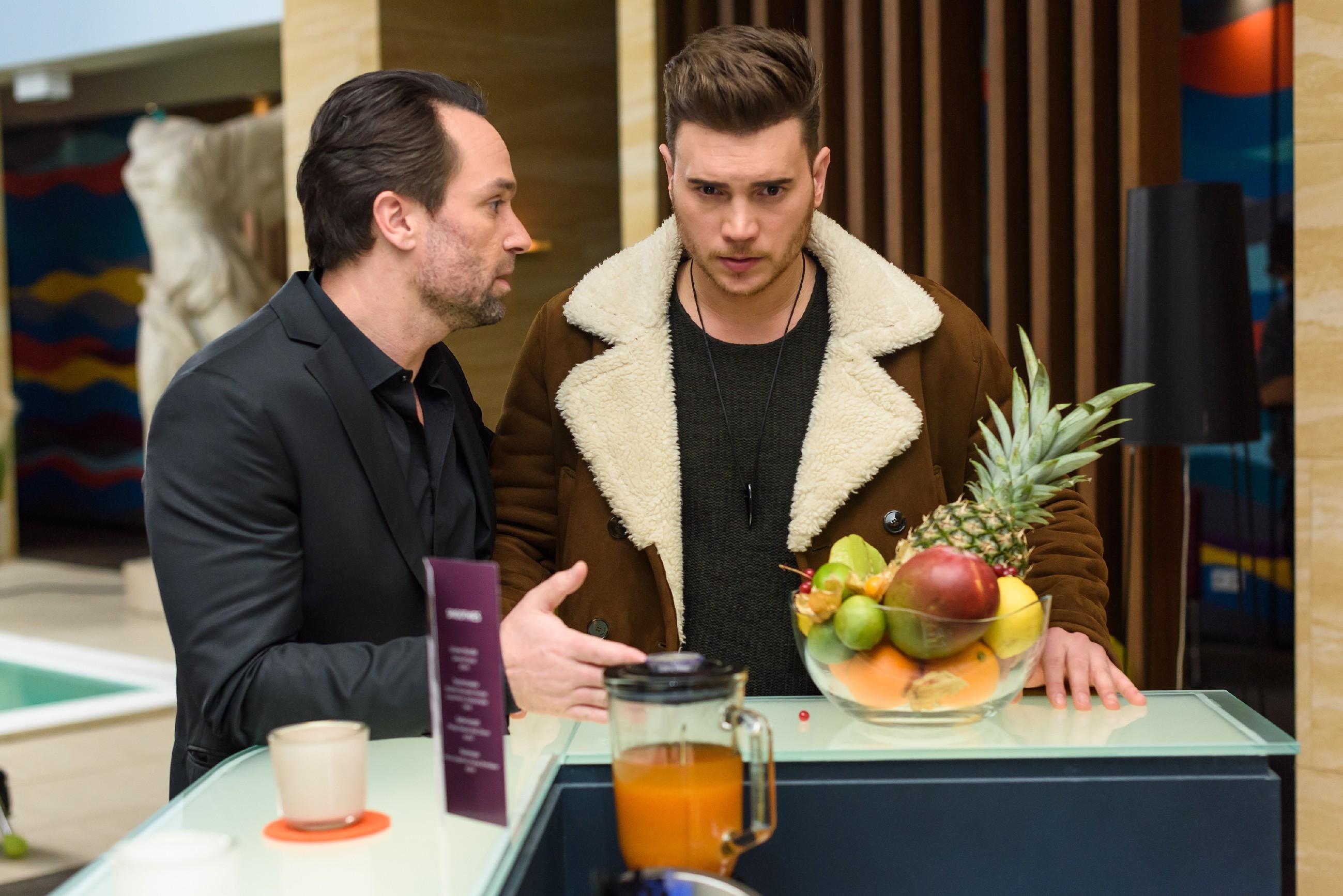 Um Leo nicht in Gefahr zu bringen, weiht Thomas (Daniel Brockhaus, l.) Ronny (Bela Klentze) notgedrungen in Leos Geheimnis ein. (Quelle: RTL / Julia Feldhagen)
