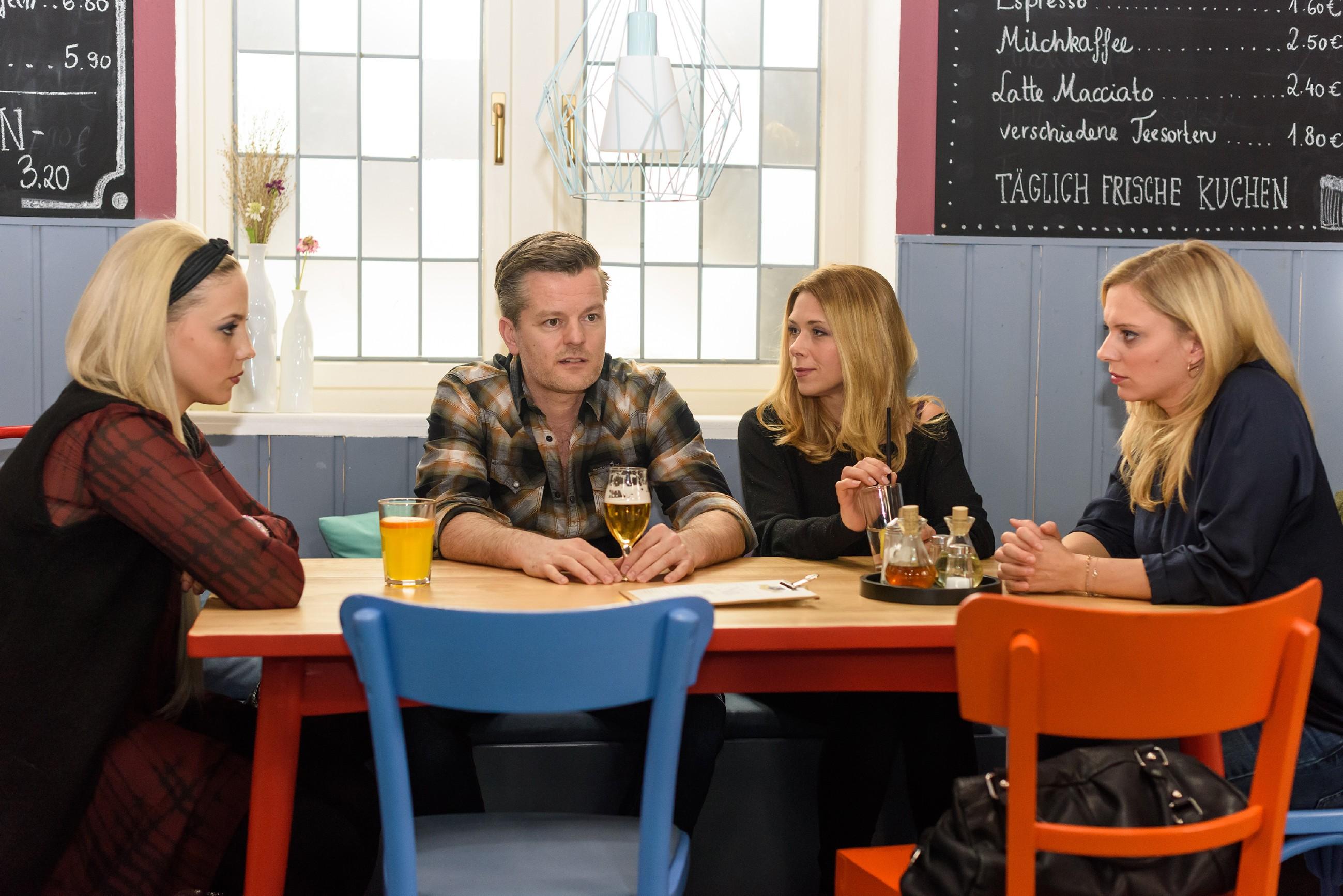 V.l.: Iva (Christina Klein), Ingo (André Dietz), Diana (Tanja Scewczenko) und Lena (Juliette Greco) versuchen mit Leos angeblichem Tod abzuschließen. (Quelle: RTL / Julia Feldhagen)