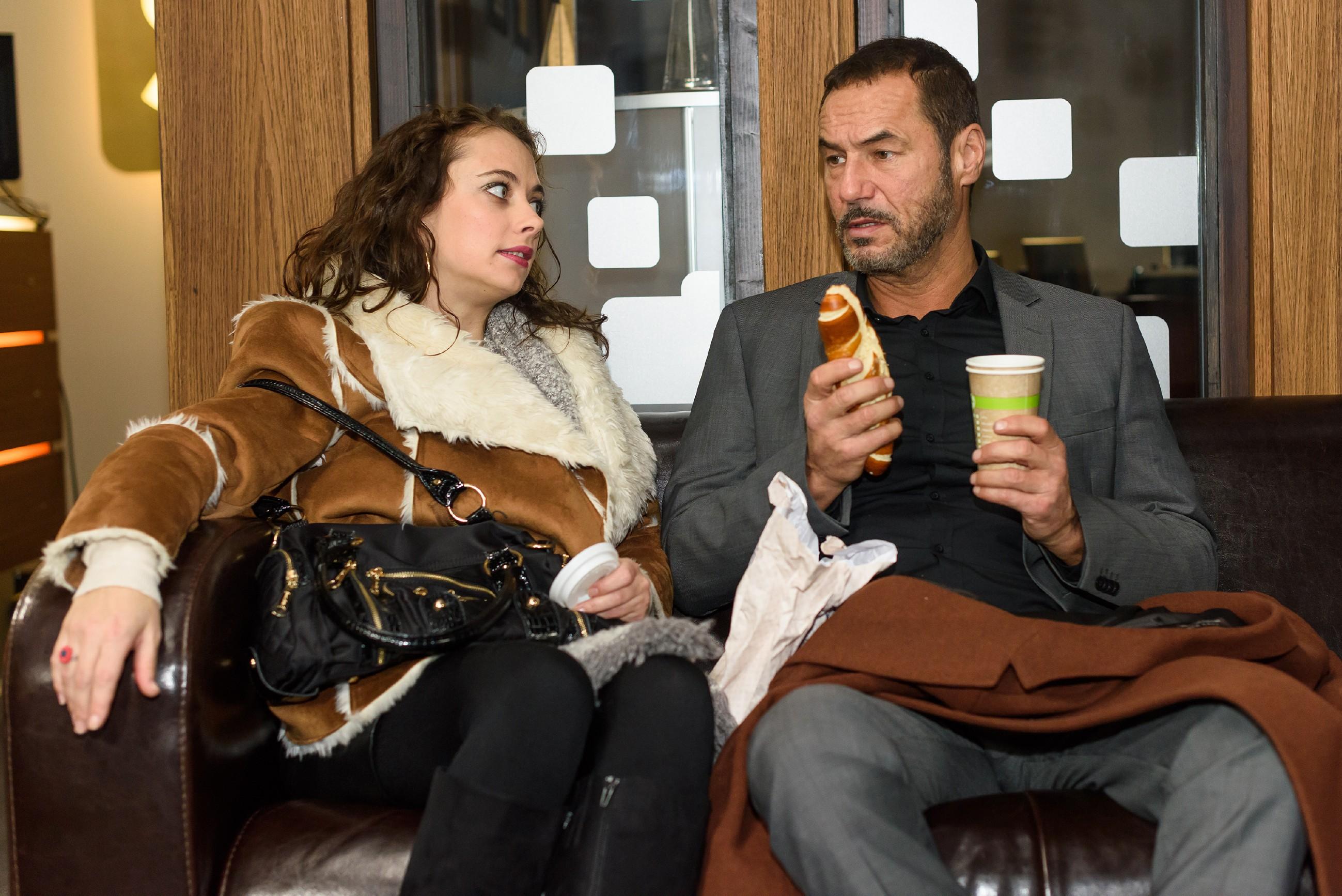 Carmen (Heike Warmuth) setzt sich bei Richard (Silvan-Pierre Leirich) für Simone ein. (Quelle: RTL / Julia Feldhagen)