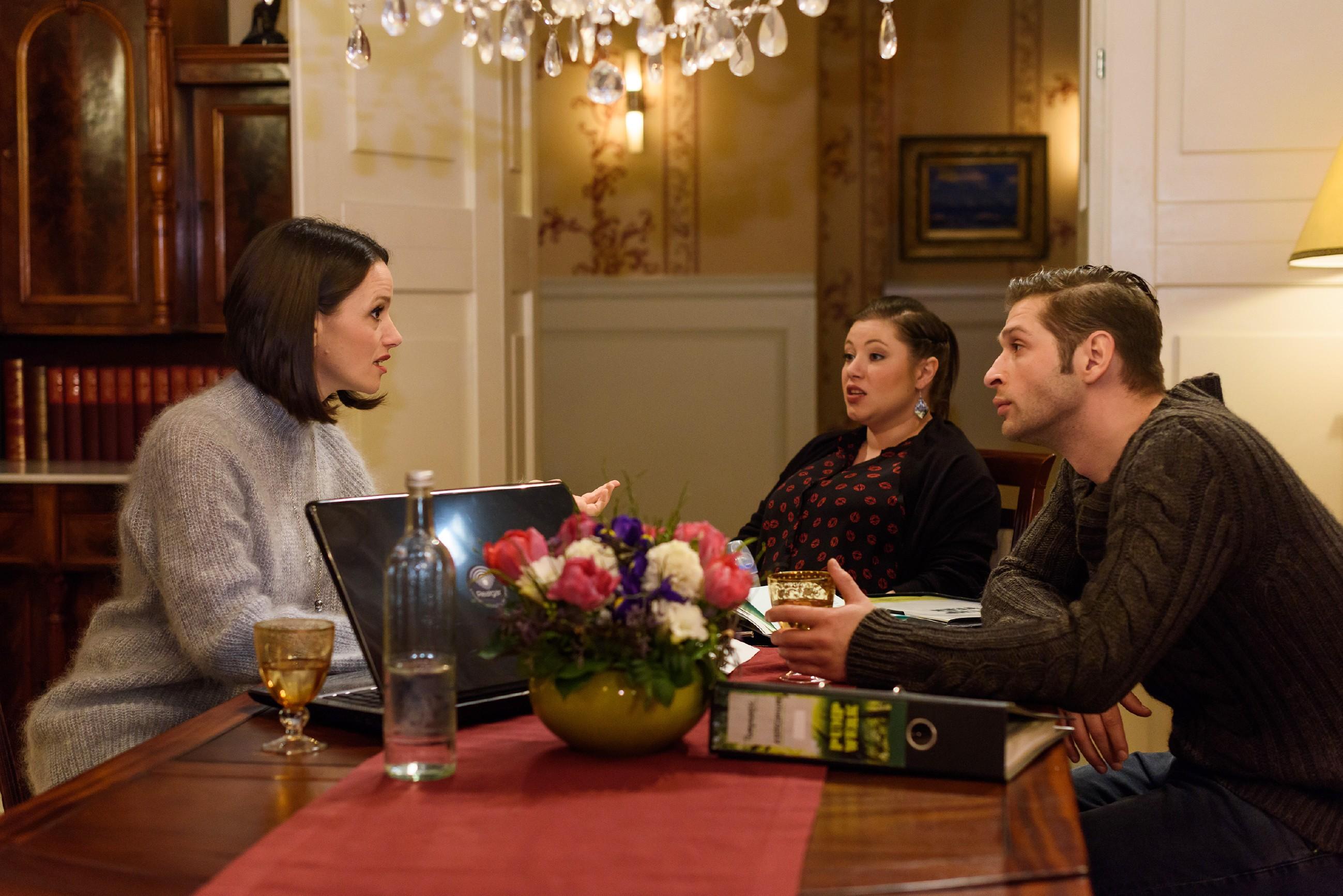 Jenny (Kaja Schmidt-Tychsen, l.) sieht sich in ihrer Skepsis bestätigt, als sie durch Vanessa (Julia Augustin) und Deniz (Igor Dolgatschew) von Simones Affäre erfährt. (Quelle: RTL / Julia Feldhagen)