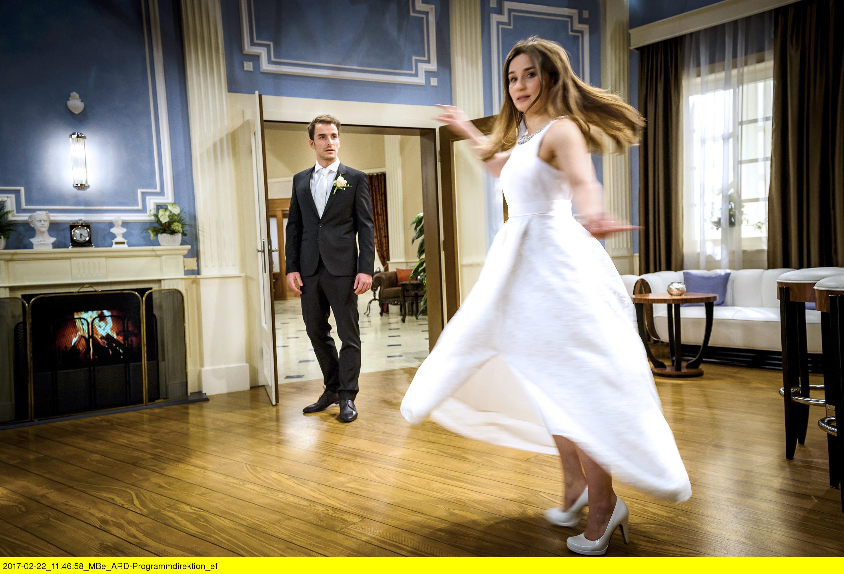 ARD STURM DER LIEBE FOLGE 2664, am Freitag (07.04.17) um 15:10 Uhr im ERSTEN. Im Traum wird Clara (Jeannine Wacker, r.) von Adrian (Max Alberti, l.) angefleht, ihn, anstatt William zu heiraten. (Quelle: ARD/Christof Anrold)