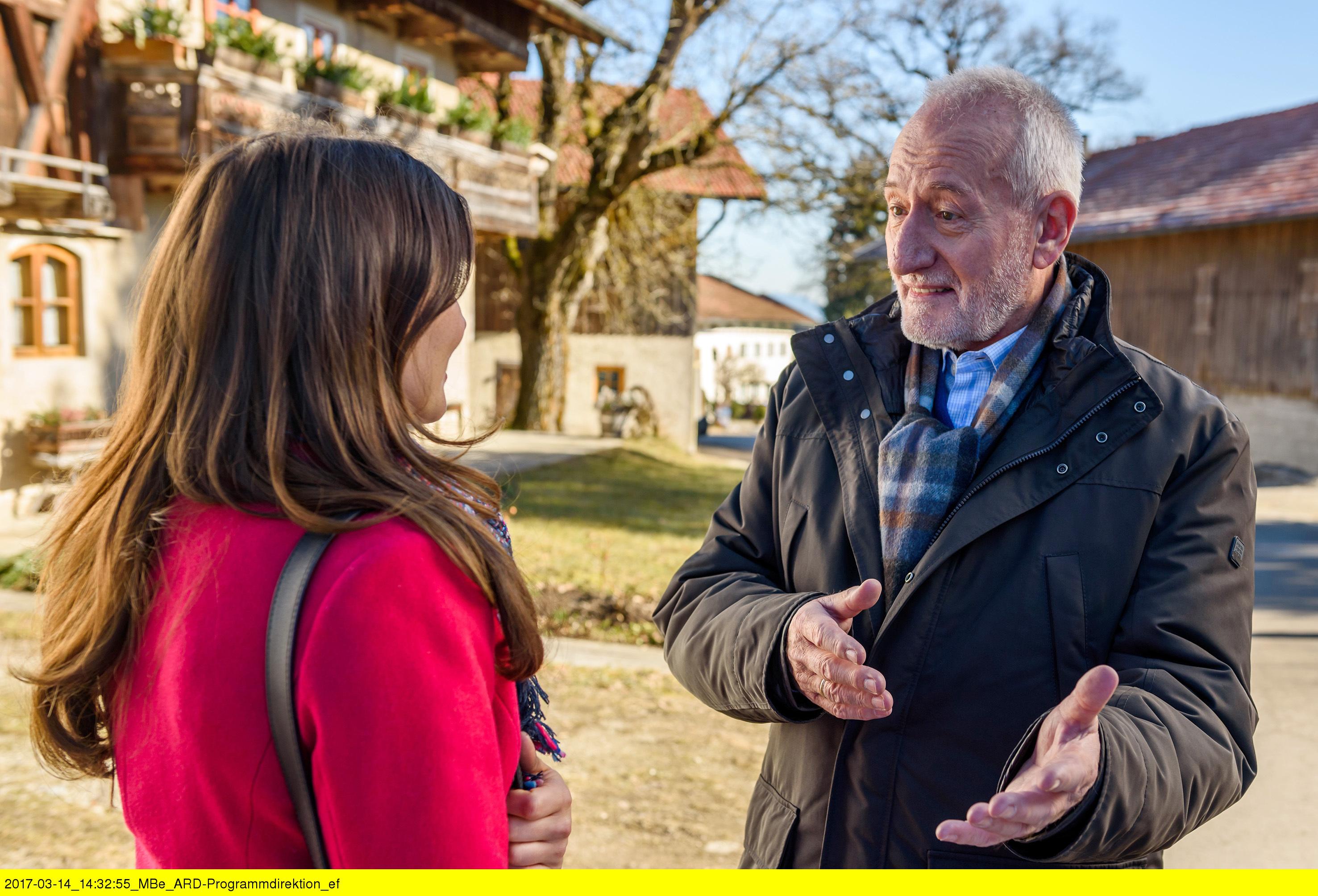 ARD STURM DER LIEBE FOLGE 2677, am Freitag (28.04.17) um 15:10 Uhr im ERSTEN. Alfons (Sepp Schauer, r.) und Clara (Jeannine Wacker, l.) unterhalten sich über die anstehende Modenschau. (Quelle: ARD/Christof Anrold)