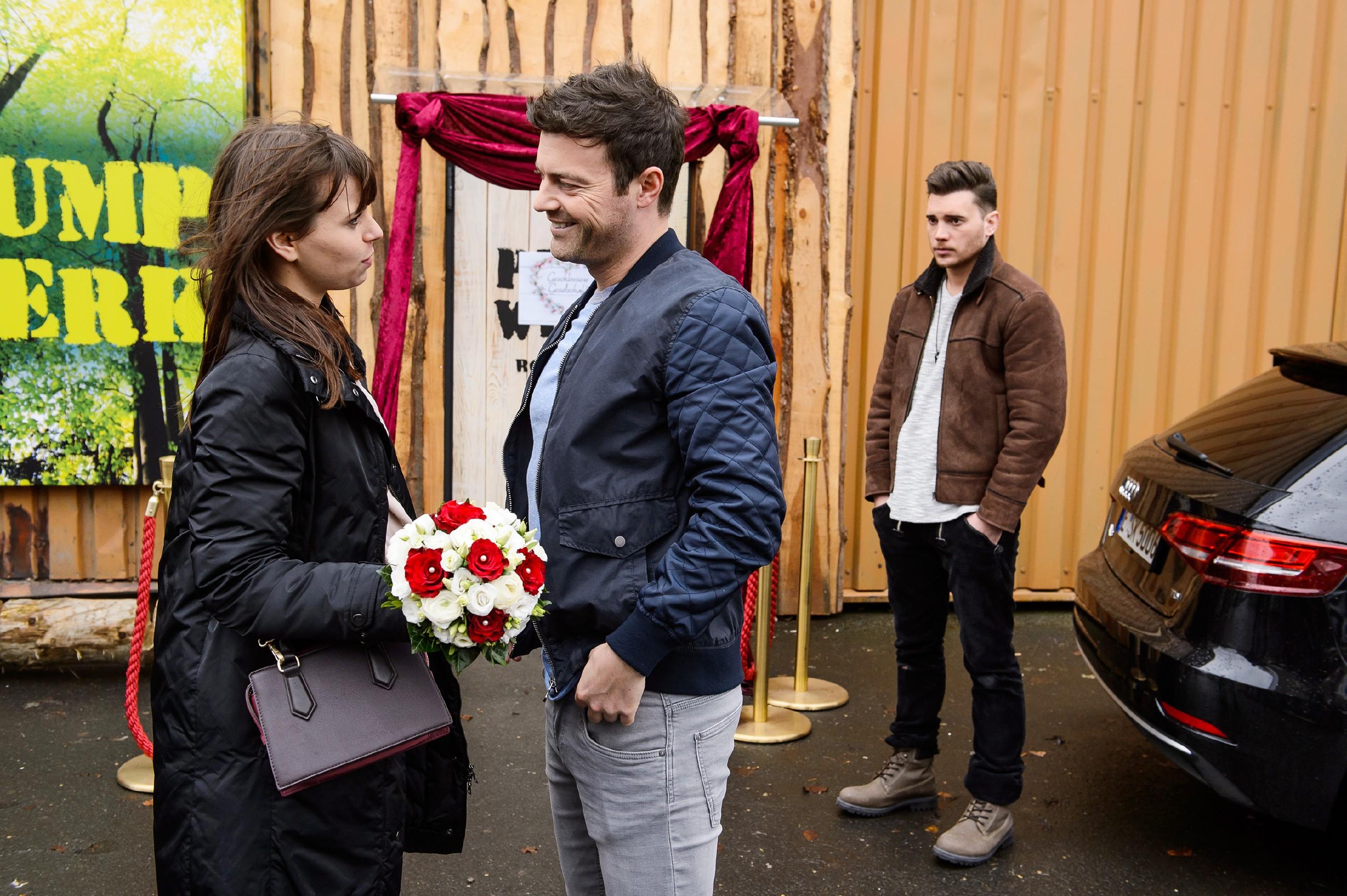 Als Ben (Jörg Rohde, M.) mit Ronny (Bela Klentze) die letzten Vorbereitungen vor der Hochzeit trifft, erscheint Michelle (Franziska Benz) mit dem Brautstrauss für Carmen und wird von Ben begrüsst. Ronny wirft ihr aus dem Hintergrund einen sehnsüchtigen Blick zu.