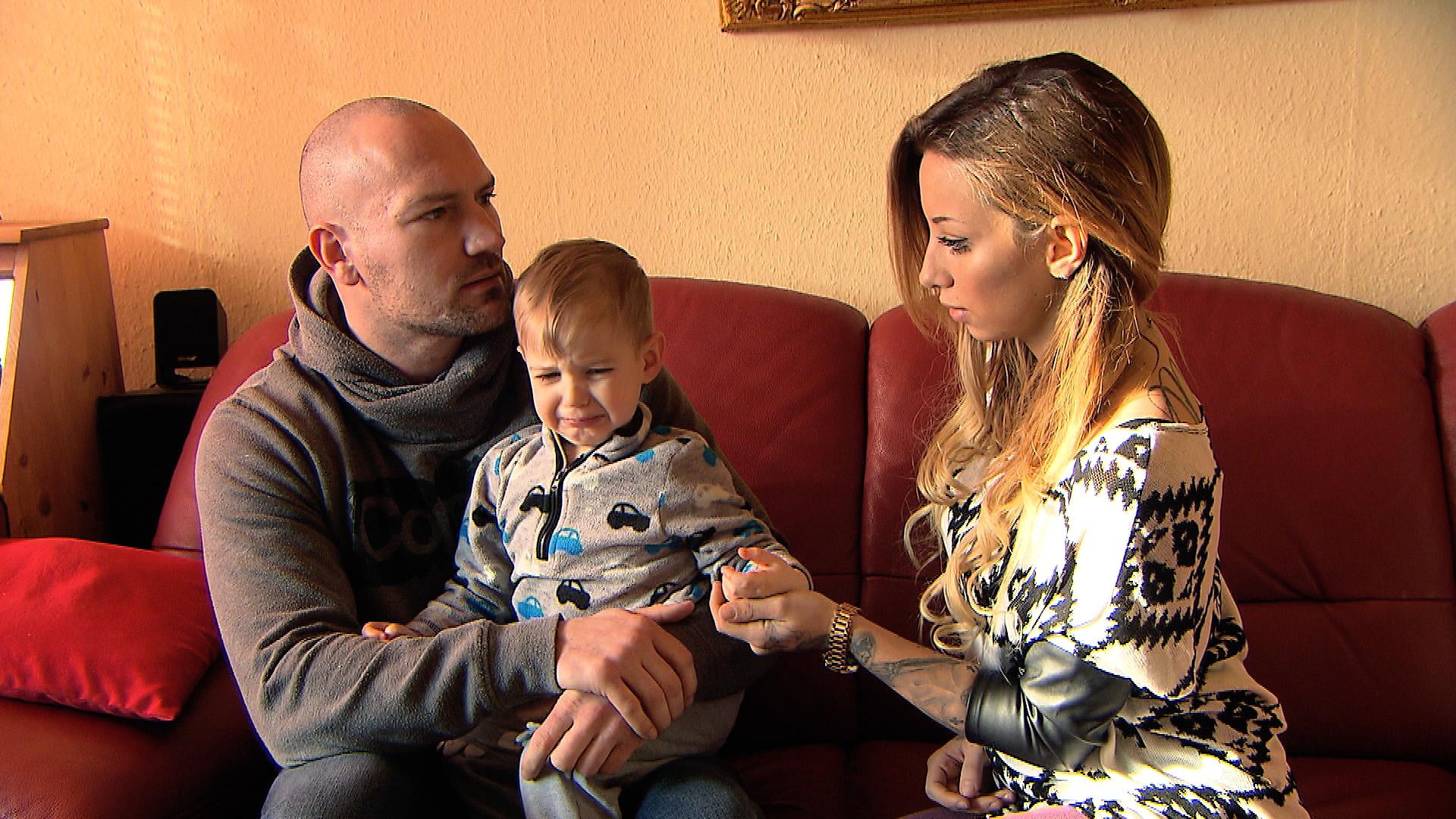 Adam (li.) bietet Jenny an, Devin jederzeit sehen zu können, wenn sie wieder zu ihm zurückkommt. (Quelle: RTL 2)