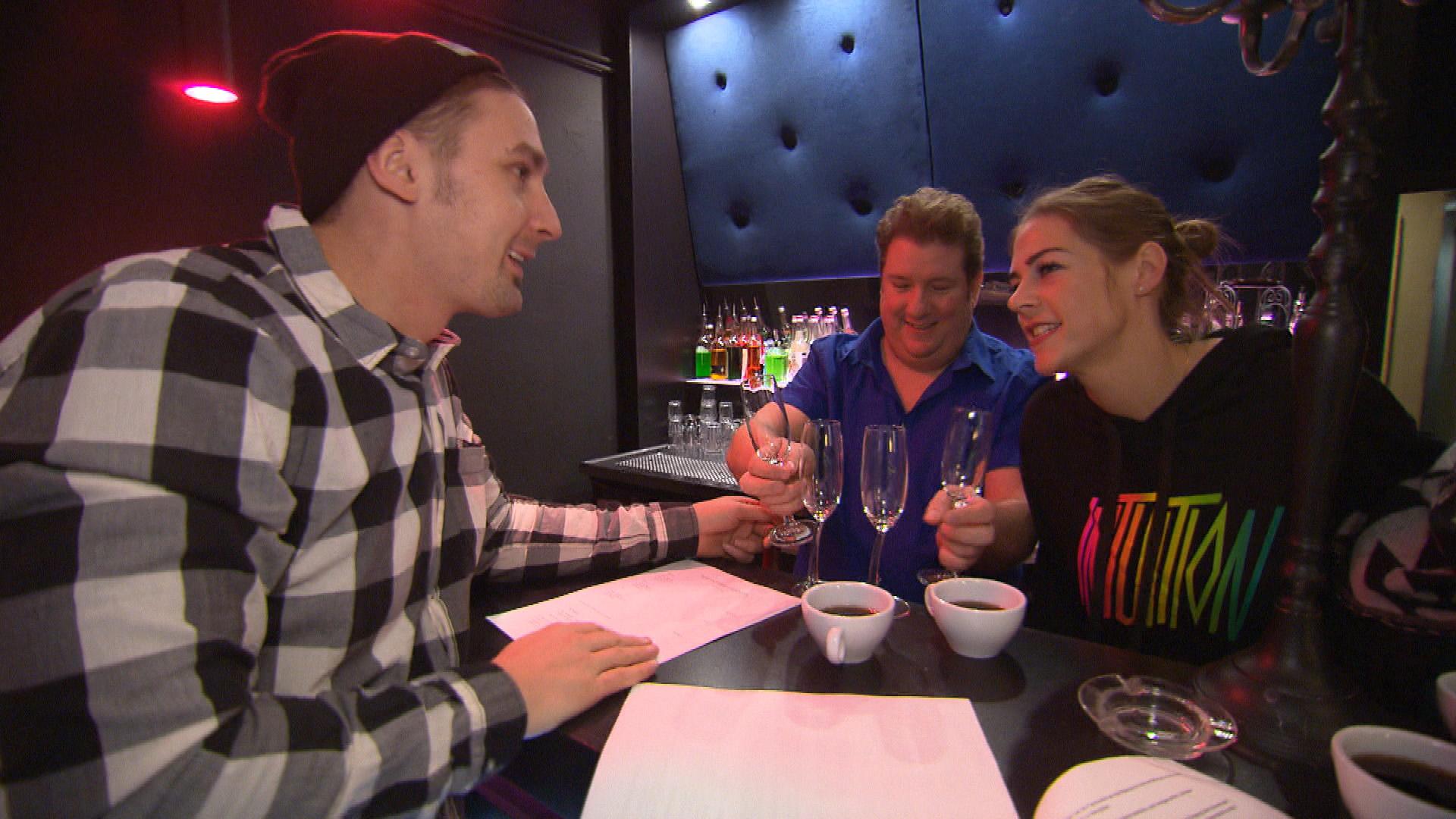 Leon und Alina sind überrascht von Guidos Stammpublikum (Quelle: RTL 2)
