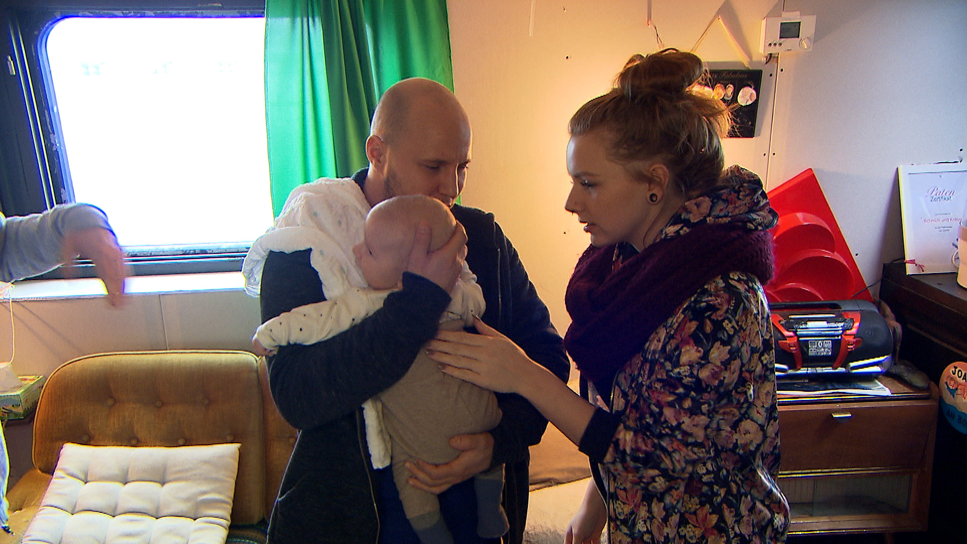 Krätze bringt es nicht übers Herz, die Verantwortung für seinen Sohn in die Hände von Schmidti, Bülent und Emmi zu legen, und will Baby Ben mit zur Arbeit nehmen. (Quelle: RTL 2)