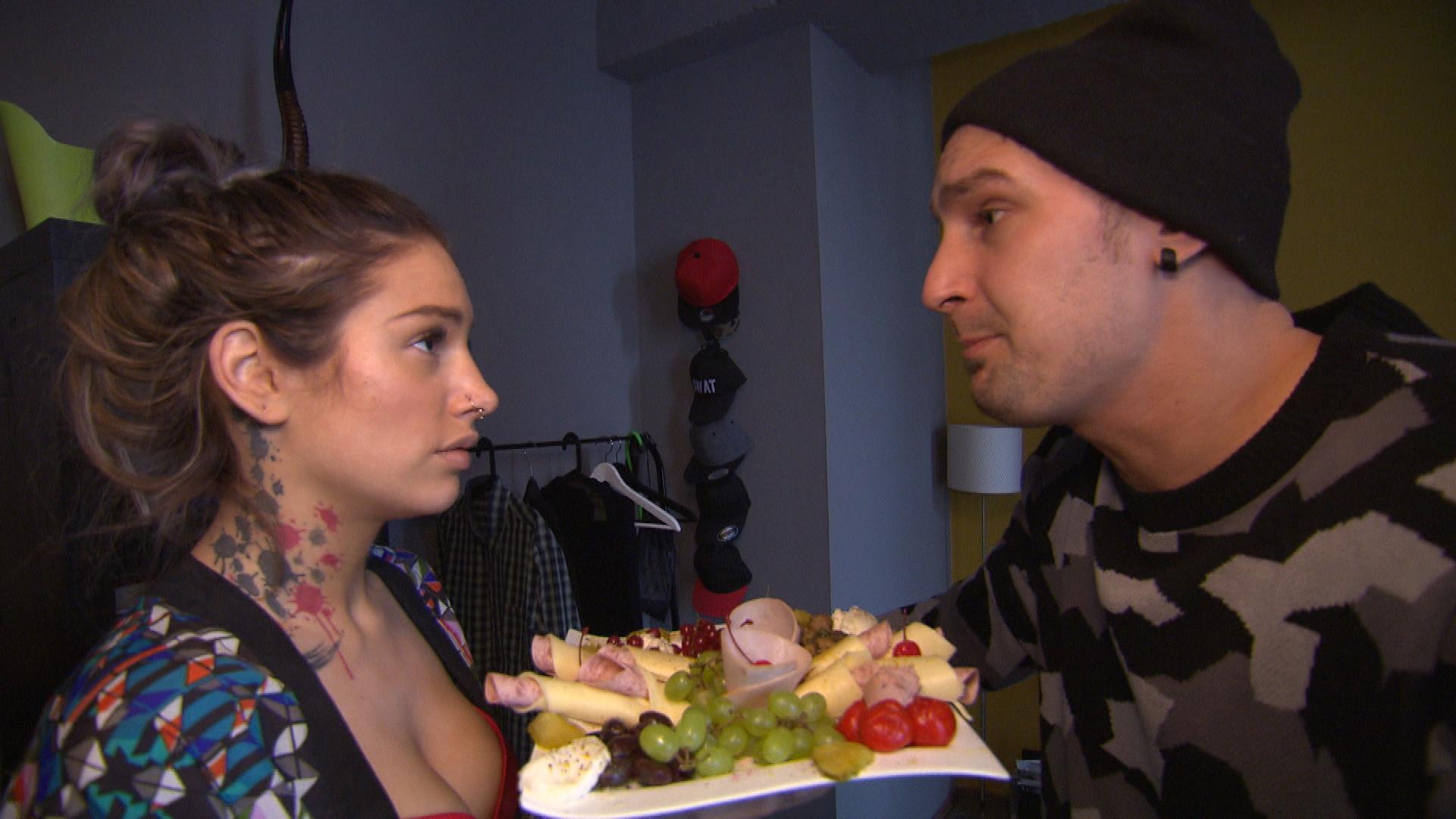 Milla blitzt mit ihrem Entschuldigungsversuch bei Leon ab... (Quelle: RTL 2)