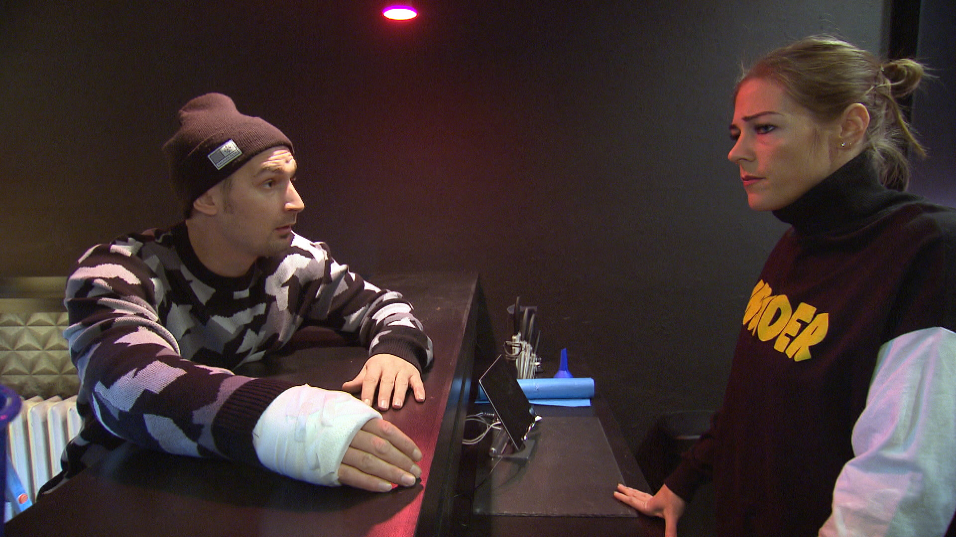 Leon und Alina geraten in Streit. (Quelle: RTL 2)