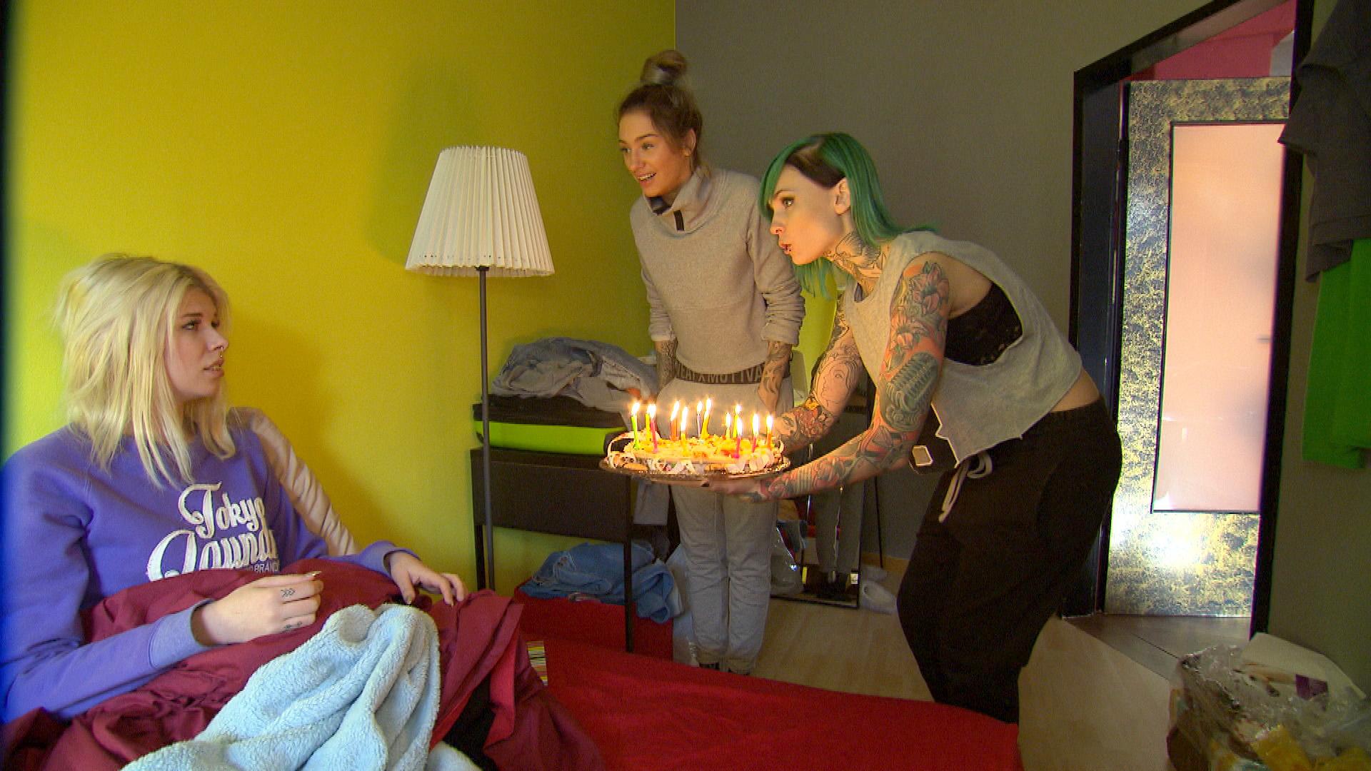 Milla (mi.) und Eule (re.) überraschen Nina (li.) mit einem Geburtstagskuchen... (Quelle: RTL 2)
