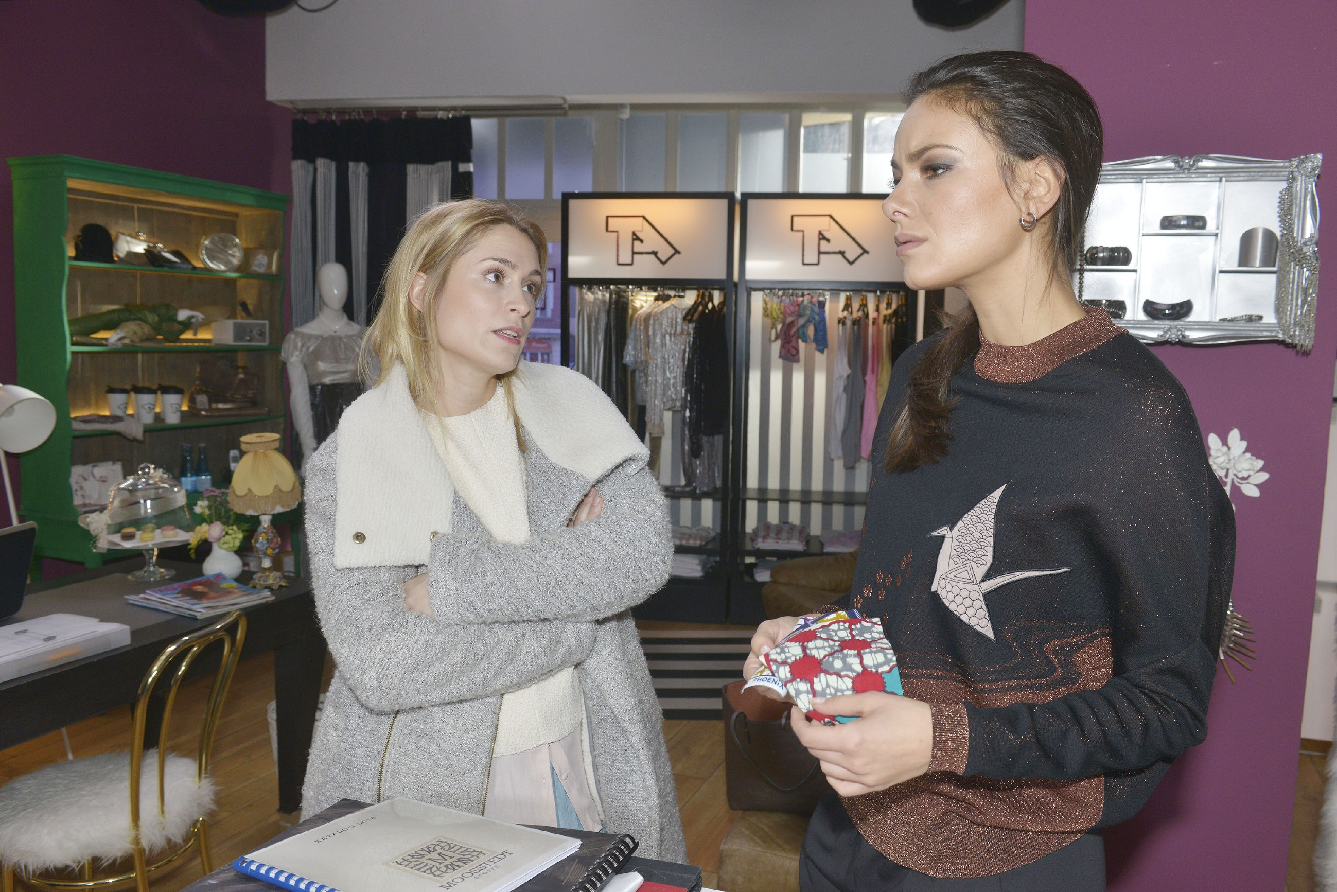 Jasmin (Janina Uhse, r.) überlegt mit Sophie (Lea Marlen Woitack), wie sie Katrin auf andere Gedanken bringen könnte.