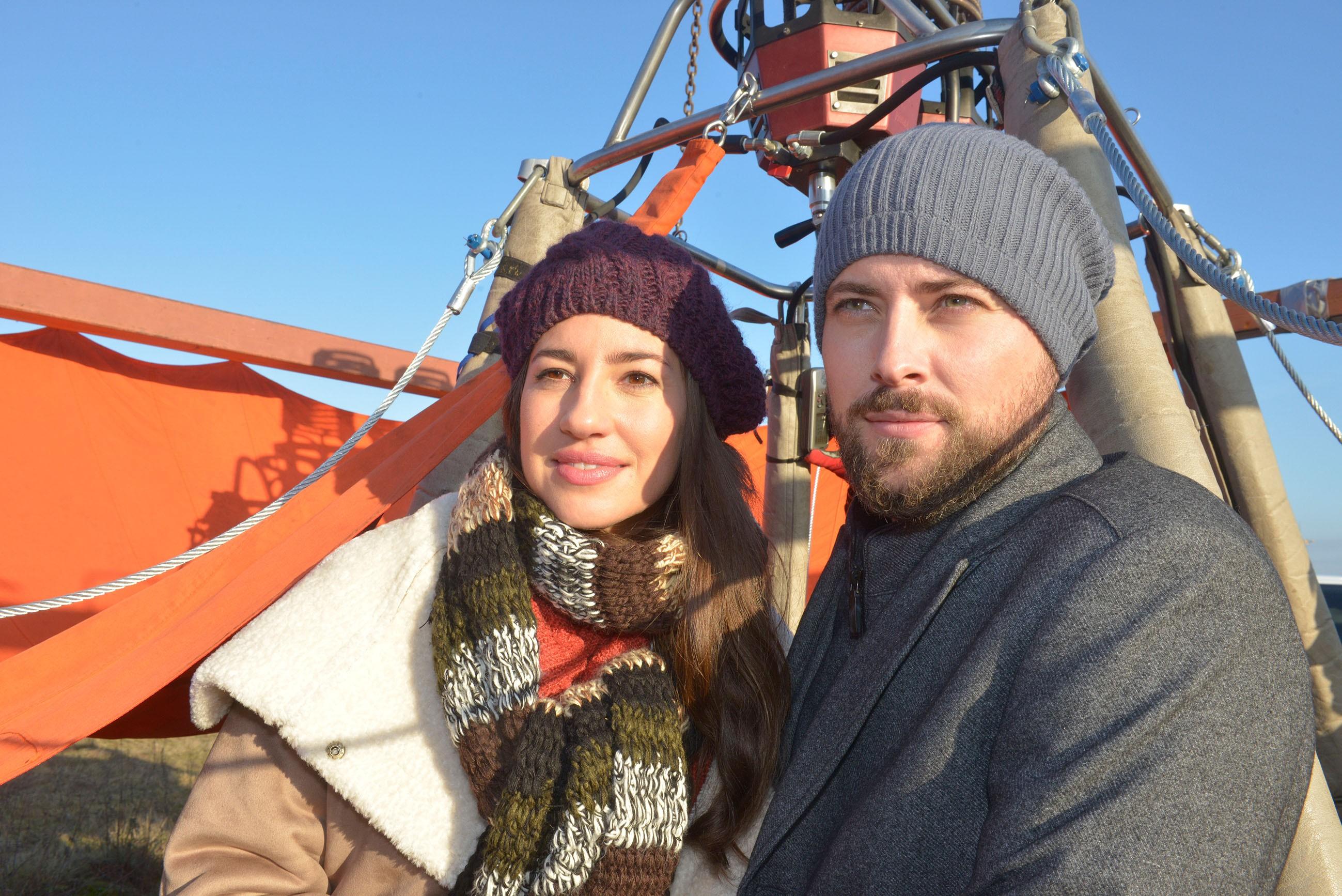 Mit der Ballonfahrt als Überraschung zum Valentinstag hat John (Felix von Jascheroff) Elena (Elena Garcia Gerlach) eine große Freude gemacht.
