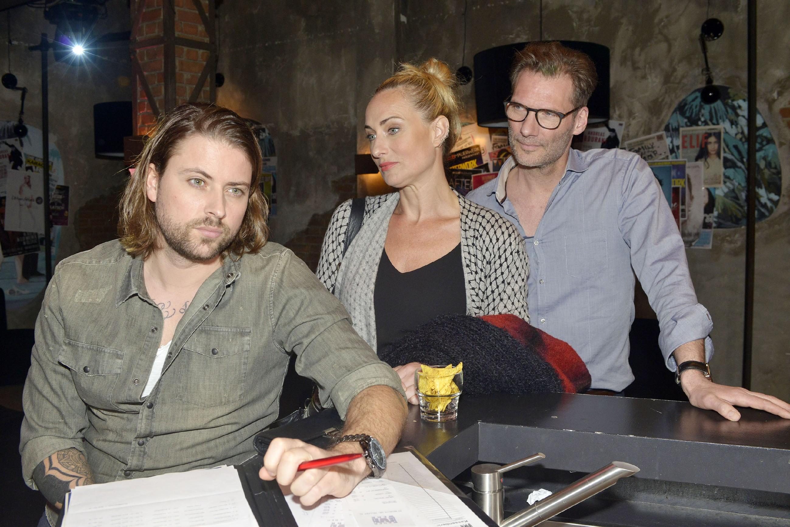 Während sich Maren (Eva Mona Rodekirchen) und Alexander (Clemens Löhr, r.) wegen des neuen Clubs Sorgen um das Mauerwerk machen, bleibt John (Felix von Jascheroff) gelassen. Er kennt die Berliner Clubszene und ist sicher, dass der Hype schnell vorbei ist.
