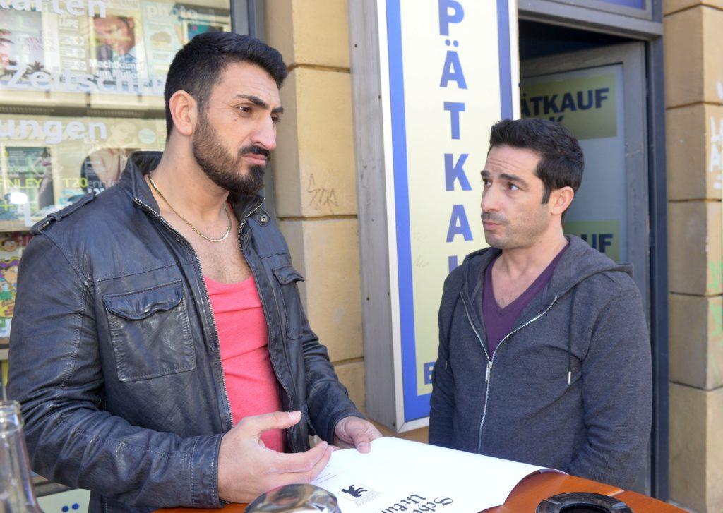 Tayfun (Tayfun Baydar, r.) lässt sich von Mesut (Mustafa Alin) bezüglich seiner Entscheidung, die Stadt zu verlassen, nicht umstimmen.