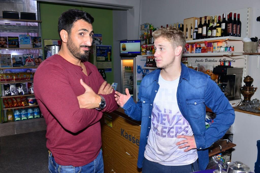 Mesut (Mustafa Alin, l.) zweifelt daran, dass Jonas (Felix van Deventer) bei Ayla punkten kann.