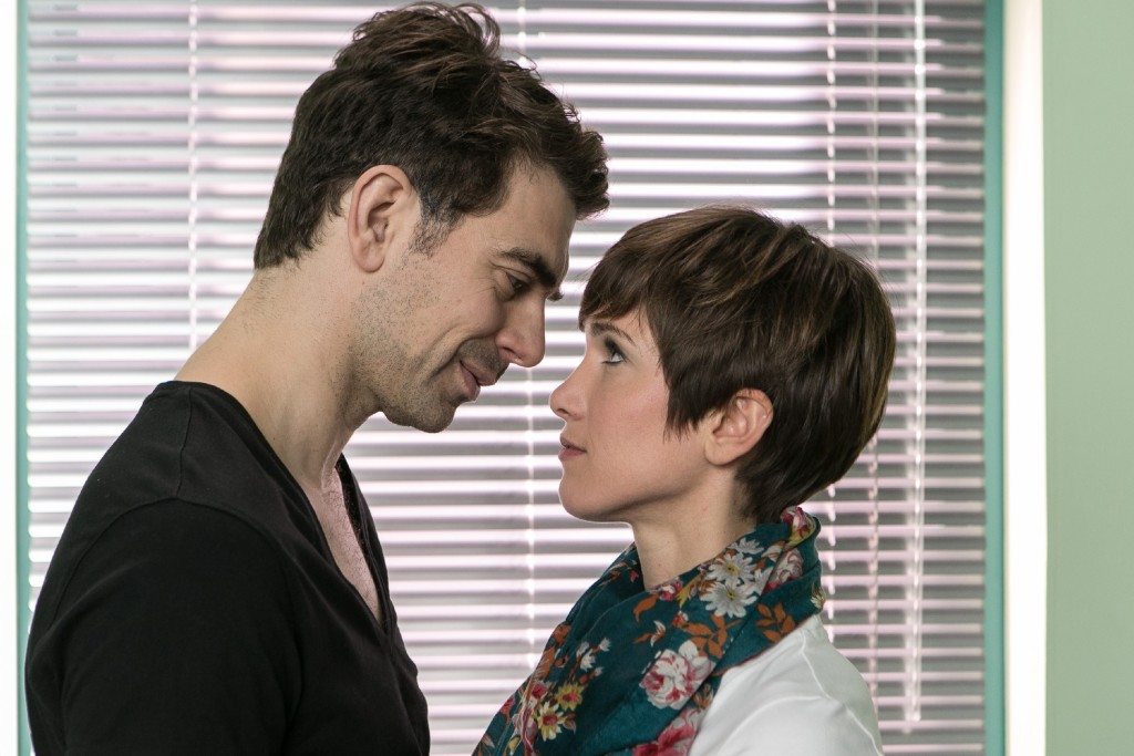 Veit (Carsten Clemens) genießt den Moment mit Pia (Isabell Horn), nicht ahnend, dass Richard bereits dabei ist, ihn zu überführen...