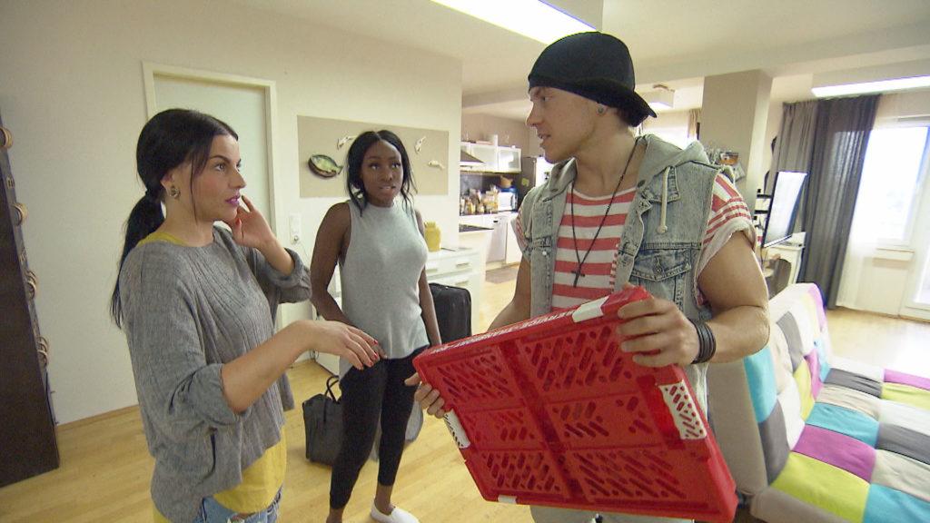 Dana,li. kommt erwartungsvoll in ihrer neuen Heimat Köln an und wird herzlich von ihrer alten Freundin Michelle,Mi. sowie von Kevin,re. in Empfang genommen.