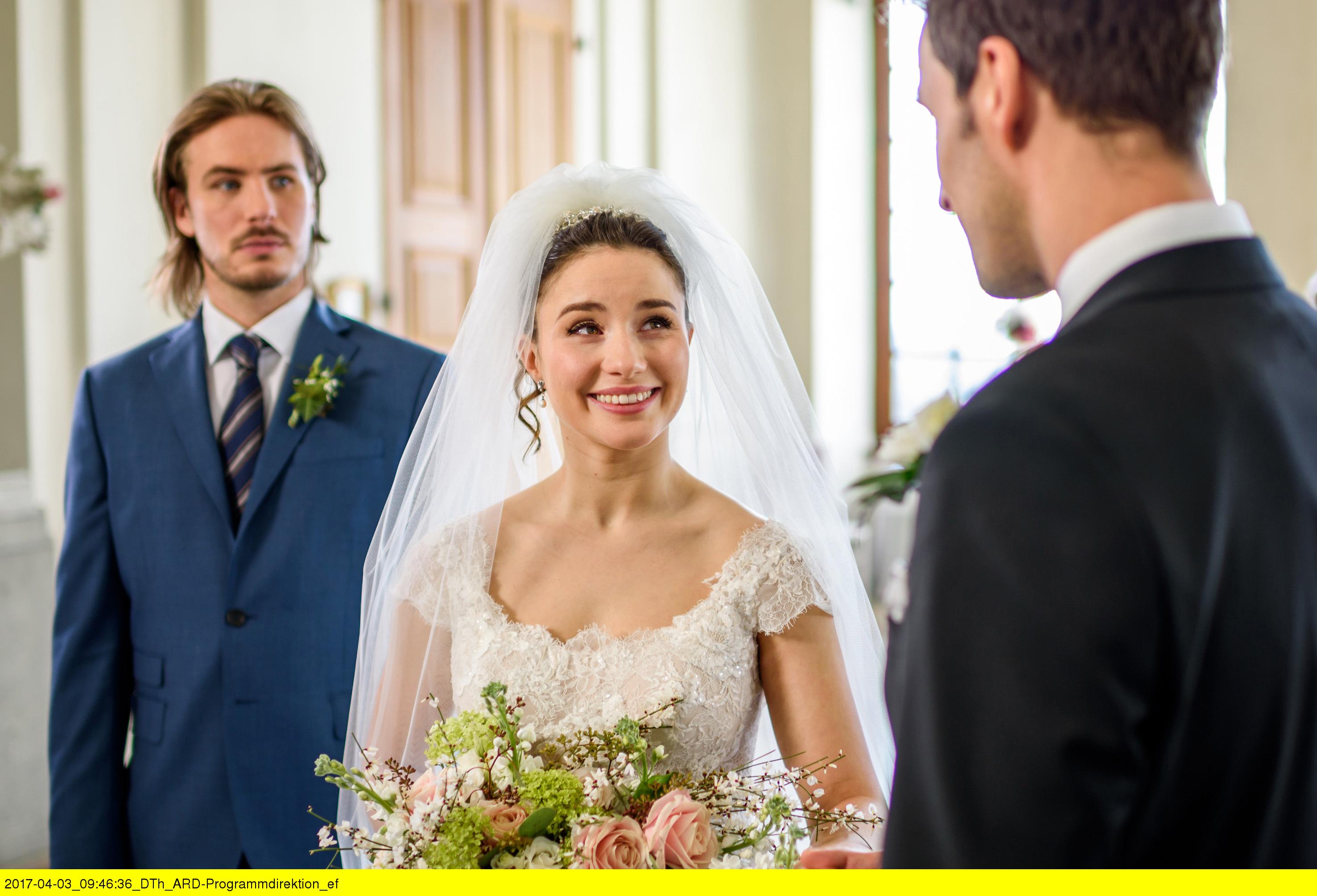 ARD STURM DER LIEBE FOLGE 2687, am Montag (15.05.17) um 15:10 Uhr im ERSTEN. Hochzeit: William (Alexander Milz, l.) hat sich mit der Hochzeit von Clara (Jeannine Wacker, M.) und Adrian (Max Alberti, r.) abgefunden. Tapfer springt er als Trauzeuge ein. (Quelle: ARD/Christof Arnold)