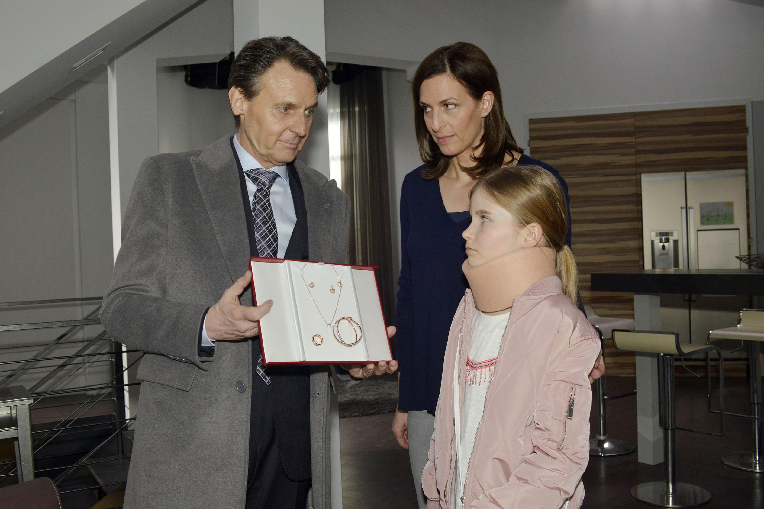 Jo Gerner (Wolfgang Bahro) und Katrin (Ulrike Frank, M.) versuchen Johanna von ihrem Kummer abzulenken, doch Gerner muss erkennen, dass dies nicht so einfach ist. (Quelle: RTL / Rolf Baumgartner)