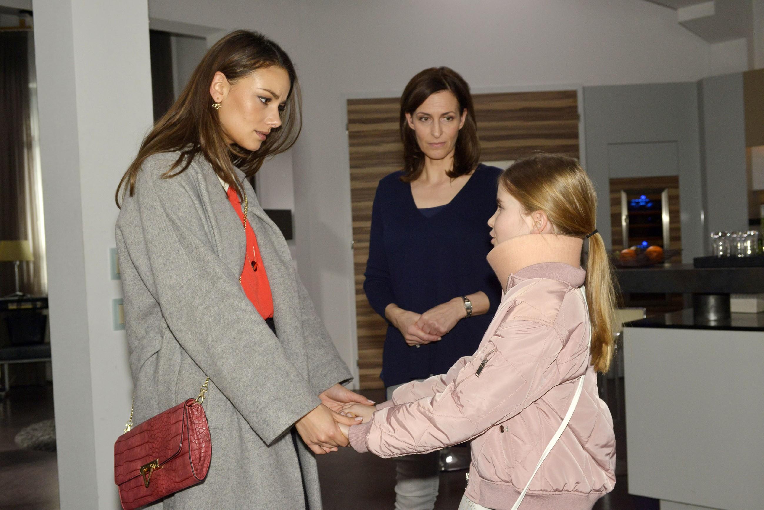 Jasmin (Janina Uhse, l.) und Katrin (Ulrike Frank, M.) versuchen Johanna aufzumuntern. (Quelle: RTL / Rolf Baumgartner)