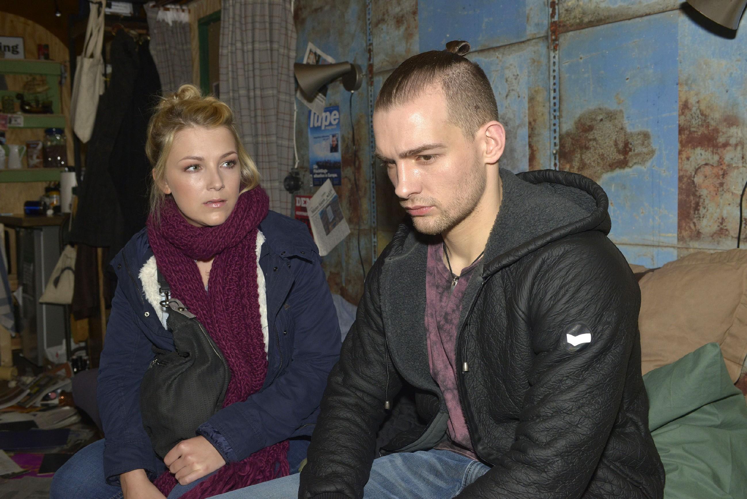 Lilly (Iris Mareike Steen) realisiert betroffen, dass Chris (Eric Stehfest) den Kampf um Beweise für seine Unschuld endgültig aufgibt. (Quelle: RTL / Rolf Baumgartner)