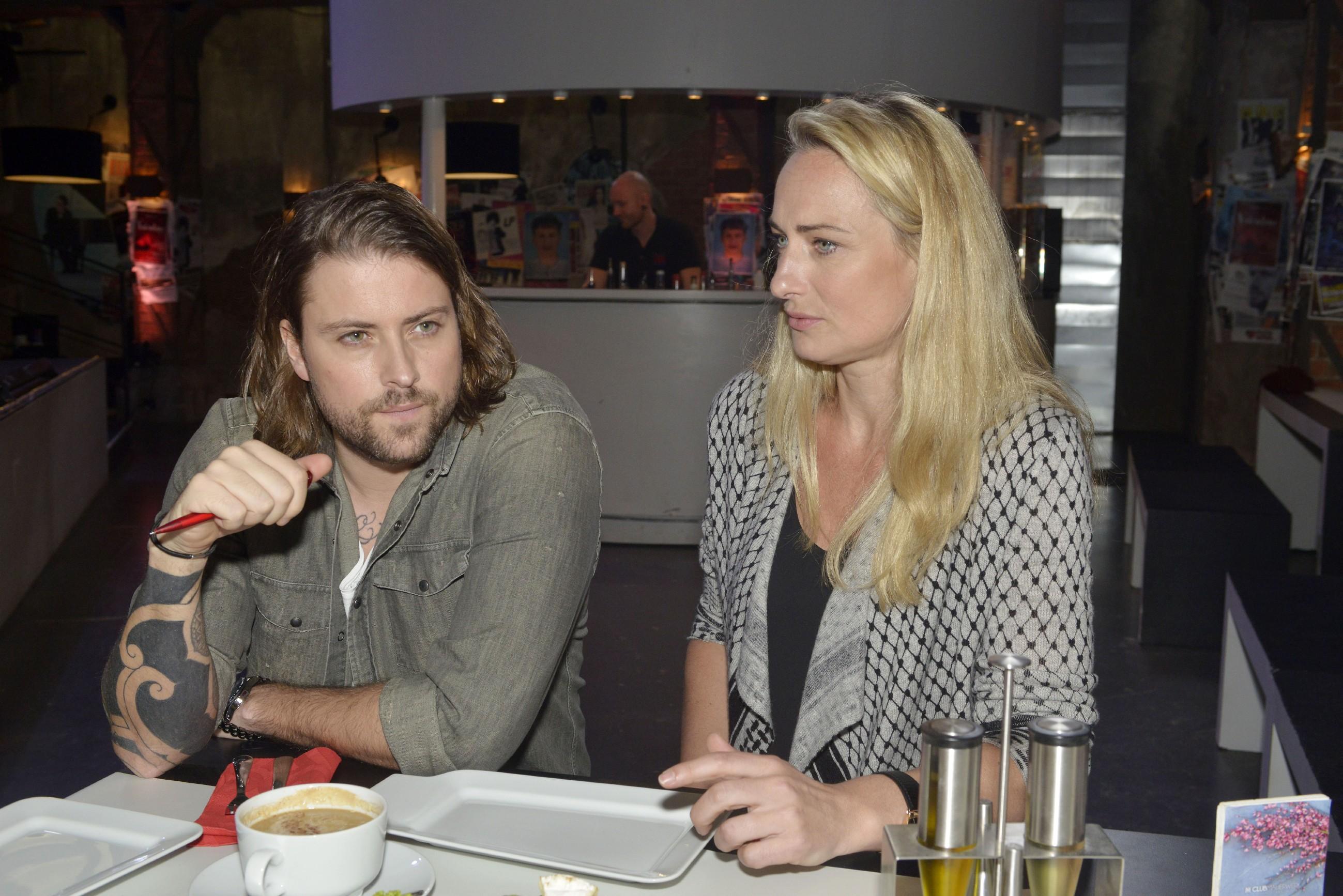 John (Felix von Jascheroff) und Maren (Eva Mona Rodekirchen) erkennen, dass sie etwas unternehmen müssen, um das Mauerwerk wieder nach vorn zu bringen. (Quelle: RTL / Rolf Baumgartner)