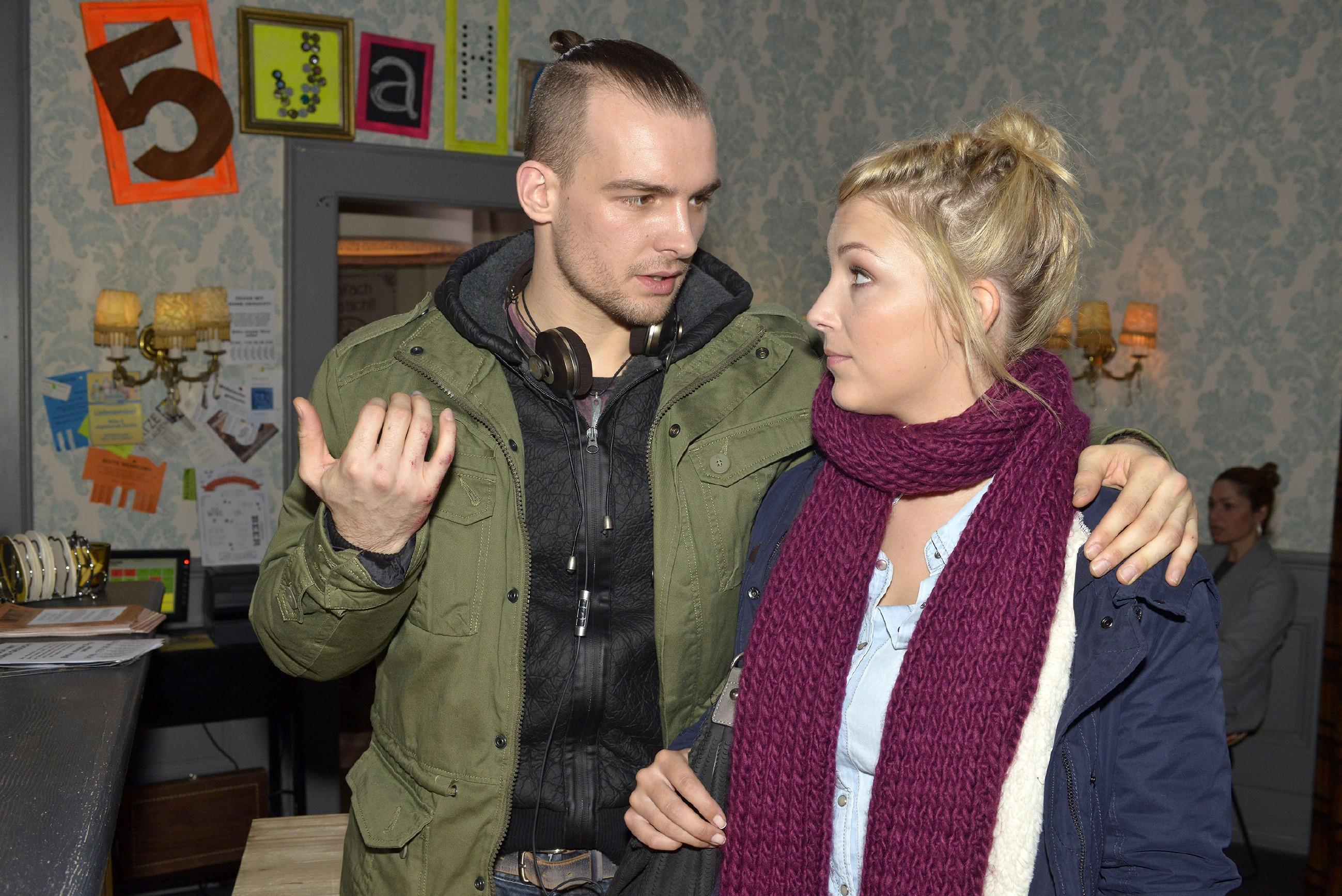 Lilly (Iris Mareike Steen) sorgt sich um Chris (Eric Stehfest), weil er nicht mehr daran glaubt, dass er seine Unschuld an dem Brand in der Lagerhalle beweisen kann. (Quelle: RTL / Rolf Baumgartner)