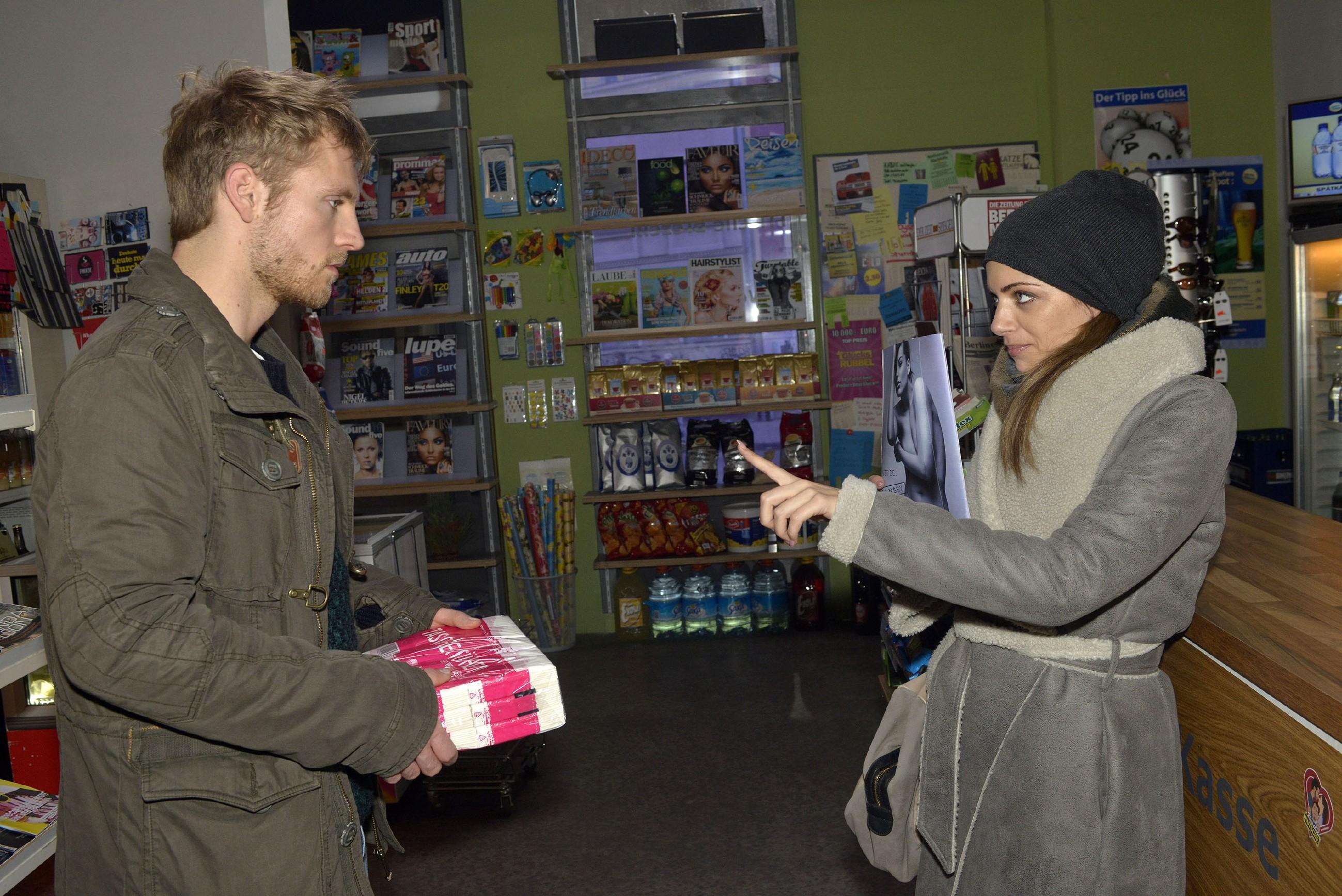Emily (Anne Menden) hält Paul (Niklas Osterloh) auf Abstand, um sich bei ihrem erkälteten Freund nicht anzustecken. (Quelle: RTL / Rolf Baumgartner)