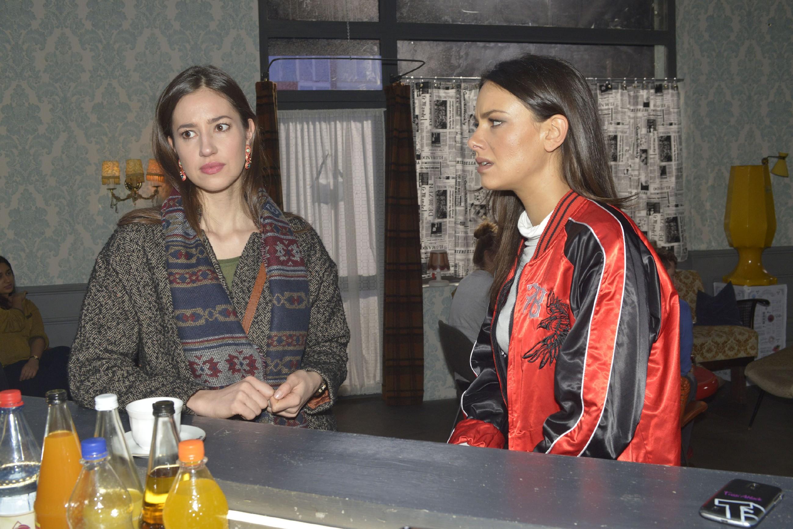 Elena (Elena Garcia Gerlach, l.) trifft es, als Jasmin (Janina Uhse) auf ihre Beziehung zu Gerner befremdet reagiert. (Quelle: RTL / Rolf Baumgartner)