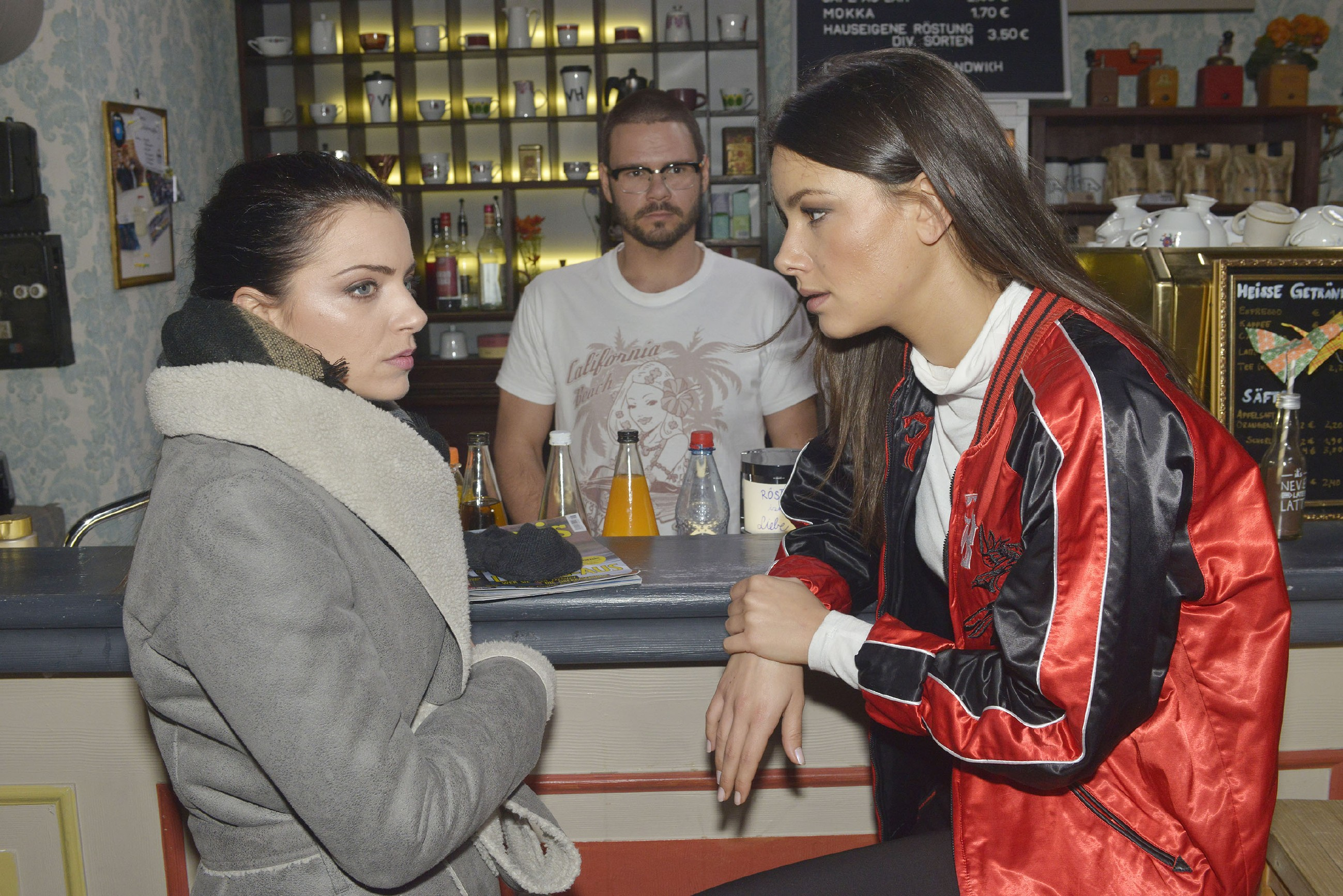 Emily (Anne Menden, l.), Tuner (Thomas Drechsel) und Jasmin (Janina Uhse) realisieren, dass Elena eine Beziehung mit Jo Gerner hat... (Quelle: RTL / Rolf Baumgartner)