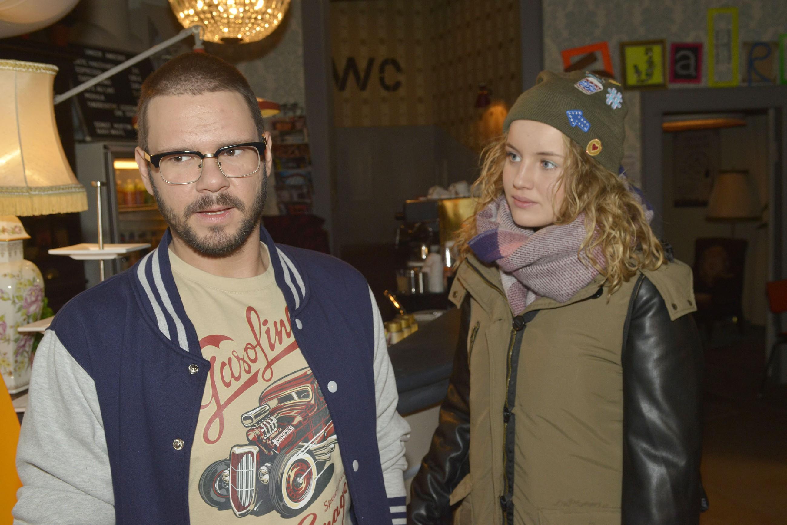 Als Jule (Luise von Finckh) Tuner (Thomas Drechsel) zur Rede stellen will, weil er sie vor Anni diskreditiert hat, wird sie durch sein Wohnungsproblem ausgebremst. (Quelle: RTL / Rolf Baumgartner)