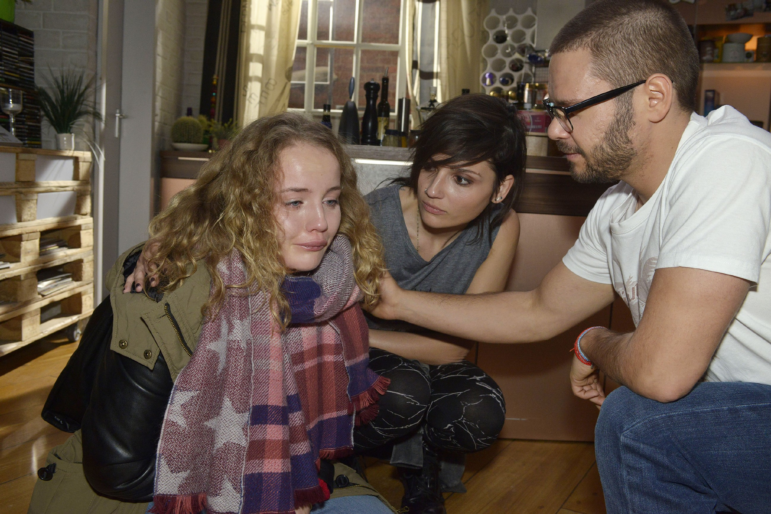 Anni (Linda Marlen Runge, M.) und Tuner (Thomas Drechsel) versuchen die aufgelöste Jule (Luise von Finckh) zu beruhigen. (Quelle: RTL / Rolf Baumgartner)