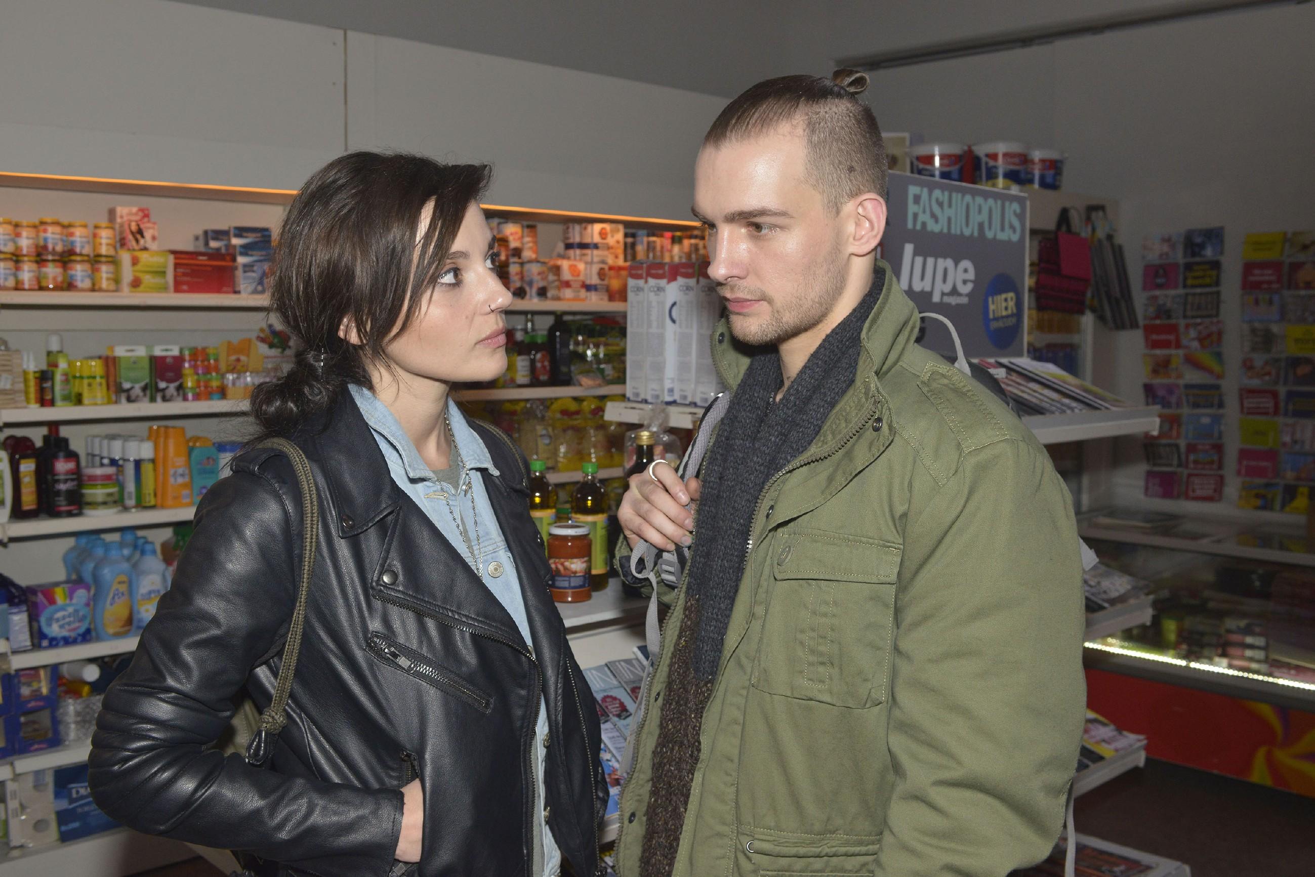 Chris (Eric Stehfest) erkennt, dass Anni (Linda Marlen Runge) Zweifel an seiner Unschuld beschleichen... (Quelle: RTL / Rolf Baumgartner)