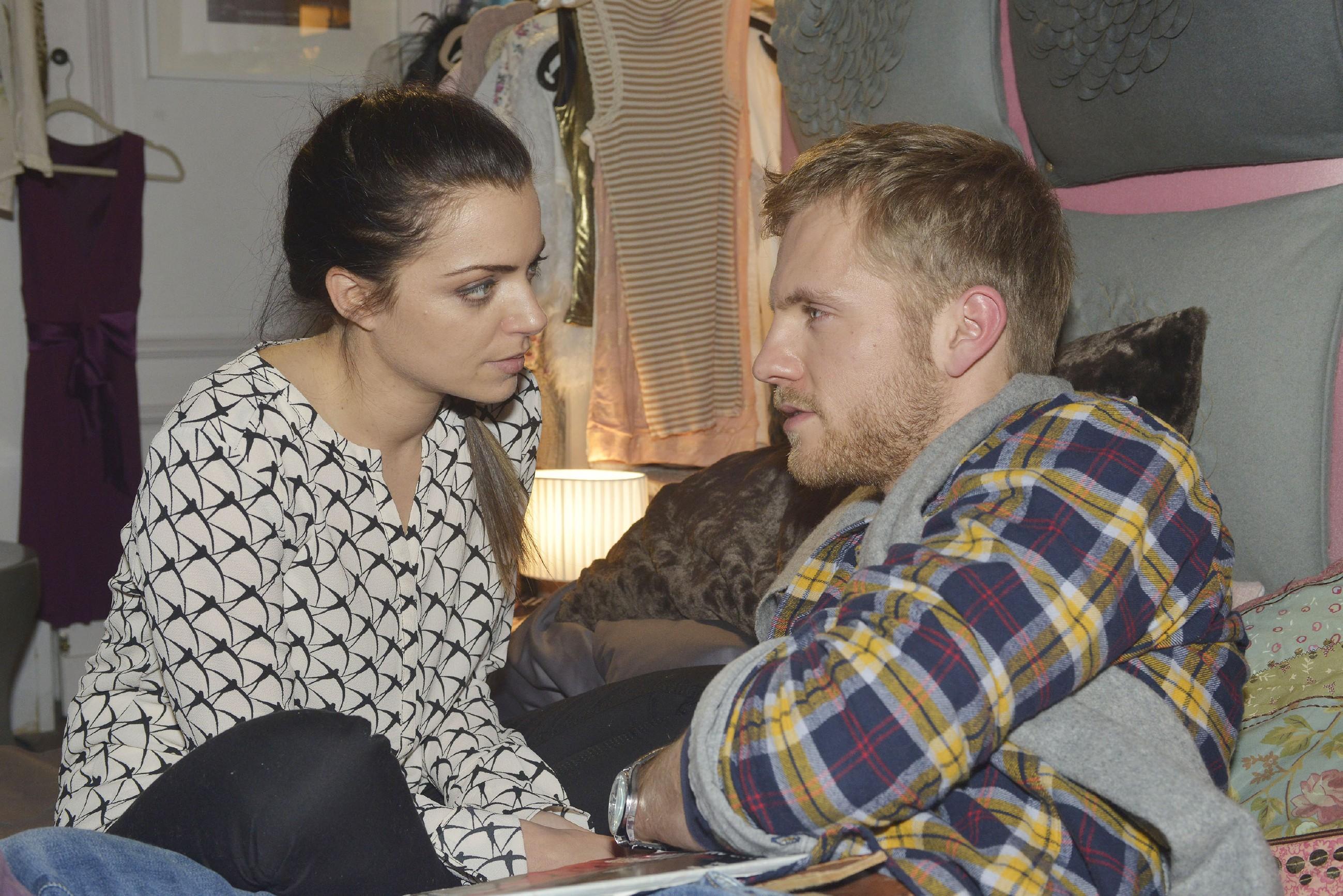 Emily (Anne Menden) will Kate in Schutz nehmen und ist dankbar für Pauls (Niklas Osterloh) Verständnis. (Quelle: RTL / Rolf Baumgartner)