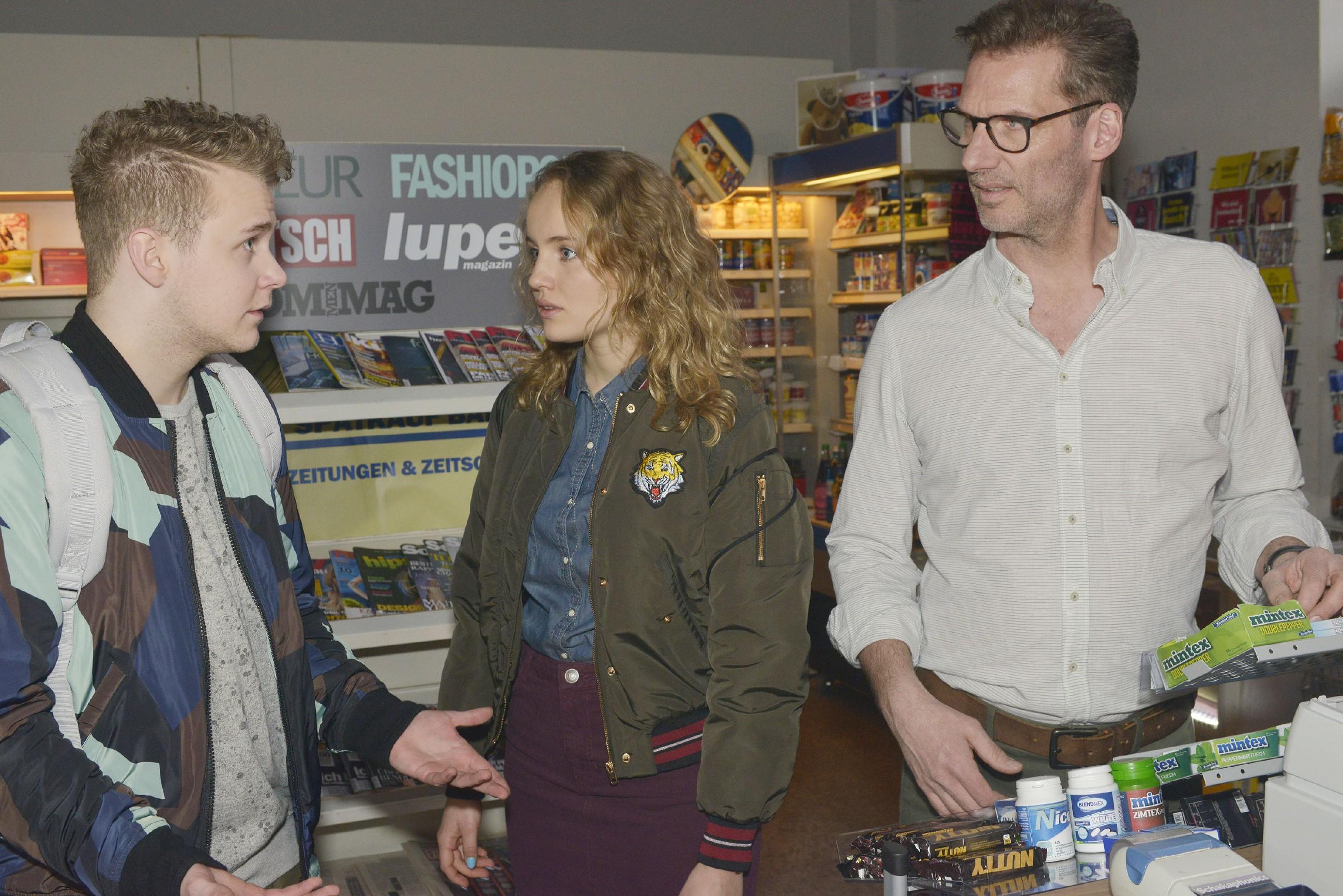 Jule (Luise von Finckh) und Alexander (Clemens Löhr, r.) erfahren von Jonas (Felix van Deventer), dass Tuner ins Krankenhaus eingeliefert wurde. (Quelle: RTL / Rolf Baumgartner)