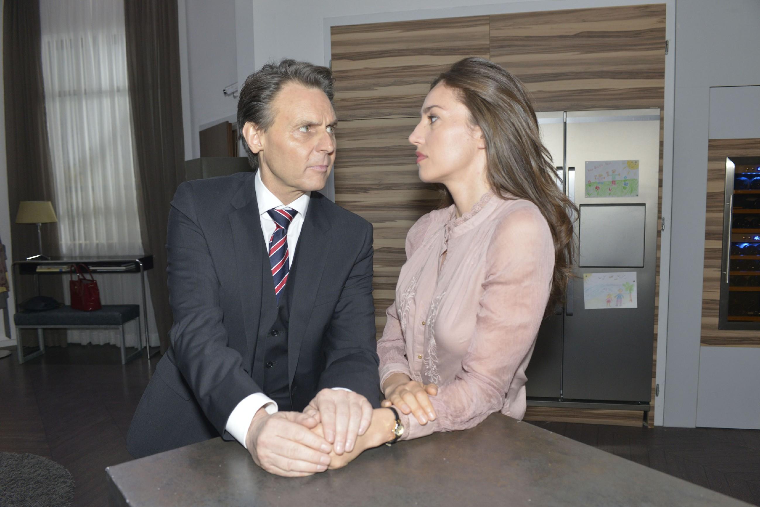 Elena (Elena Garcia Gerlach) ist getroffen, dass Gerner (Wolfgang Bahro) ihre Beziehung vor der Presse mehrmals geleugnet hat. Als er jedoch sein Handeln mit dem Verweis auf die schwierige Situation mit Johanna erklärt, zeigt Elena sich verständnisvoll. (Quelle: RTL / Rolf Baumgartner)