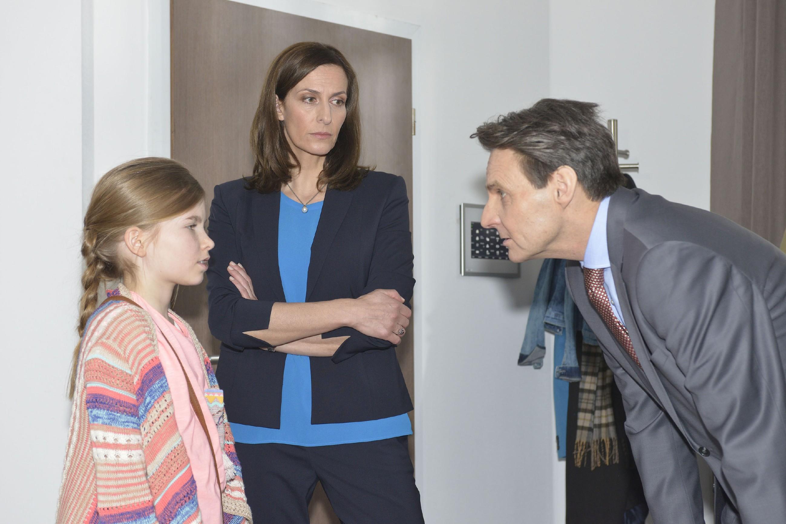 Katrin (Ulrike Frank, M.) und Gerner (Wolfgang Bahro) sind getroffen, als Johanna von ihren Problemen in der Schule erzählt. (Quelle: RTL / Rolf Baumgartner)