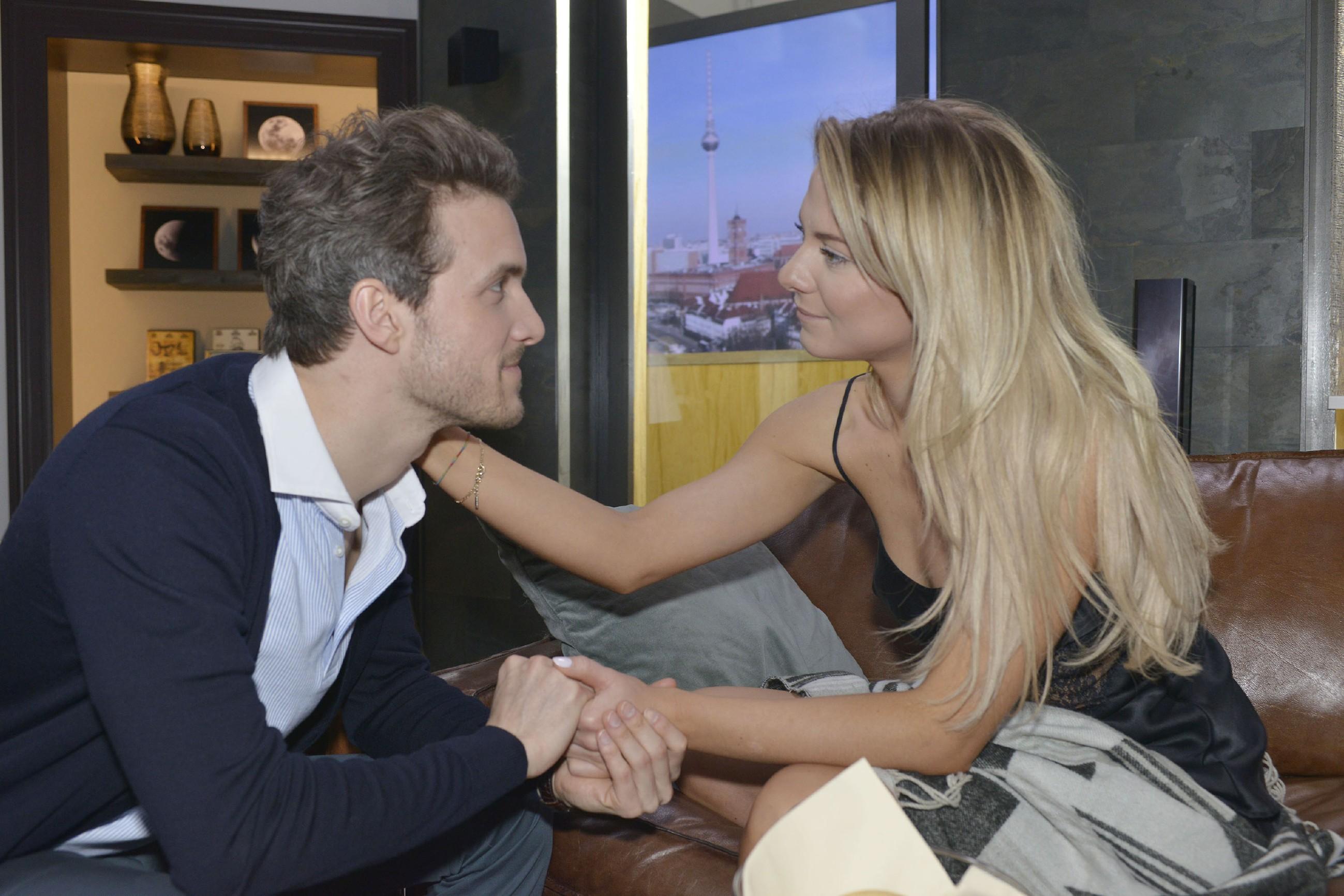 Sunny (Valentina Pahde) und Felix (Thaddäus Meilinger) sind sich kurz vor der bevorstehenden Hochzeit näher denn je.