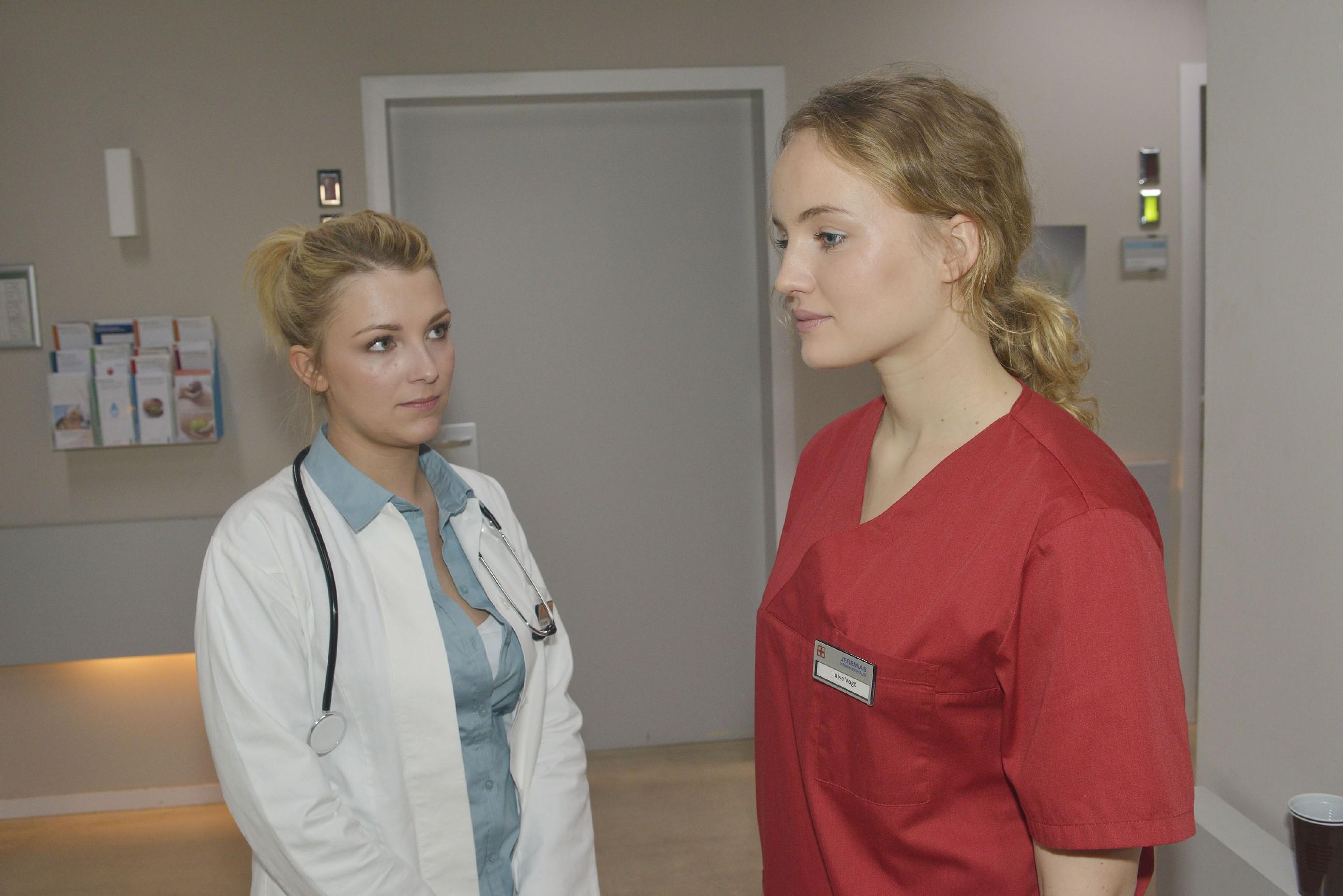 Lilly (Iris Mareike Steen, l.) bleibt nicht verborgen, wie groß Jules (Luise von Finckh) Sorge um Tuner ist.