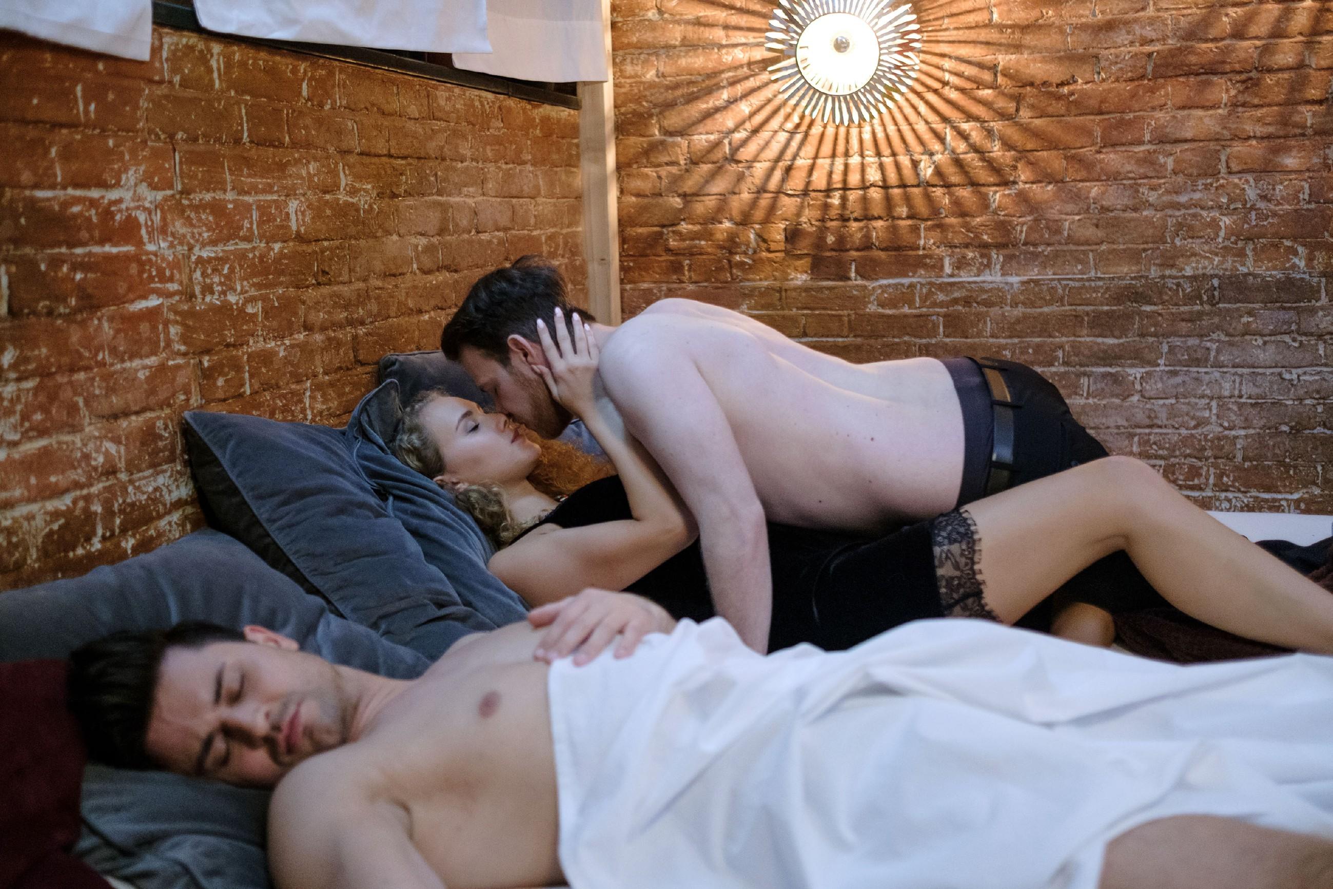Das Video beweist, wie es wirklich war: Während Paco (Milos Vukovic, l.) in der Nacht nach der Party schlief, ist KayC (Pauline Angert) mit Tobias (Patrick Müller) im Bett gelandet... (Quelle: RTL / Stefan Behrens)