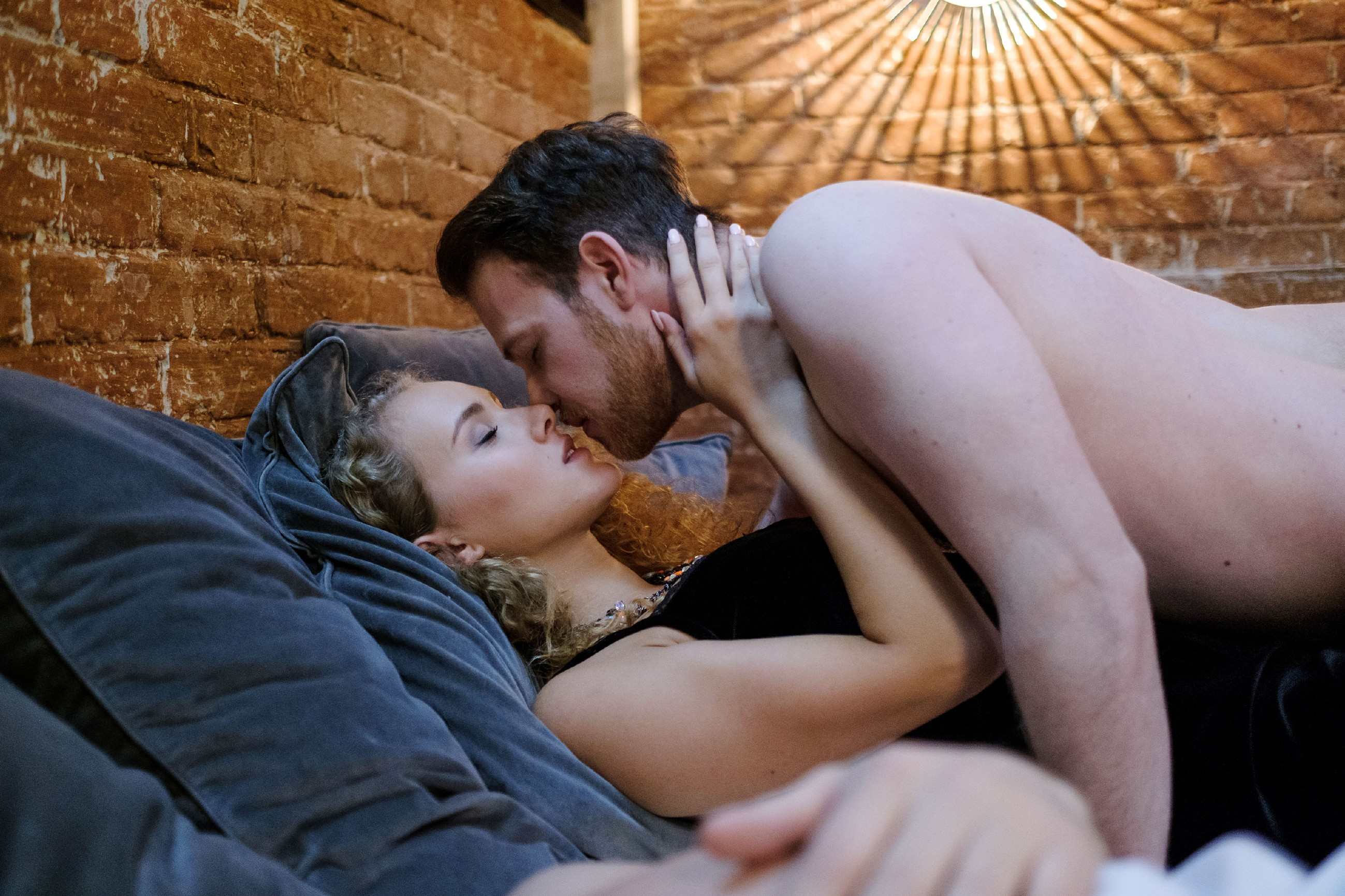 Das Video beweist, wie es wirklich war: KayC (Pauline Angert) und Tobias (Patrick Müller) sind nach der Party zusammen im Bett gelandet... (Quelle: RTL / Stefan Behrens)